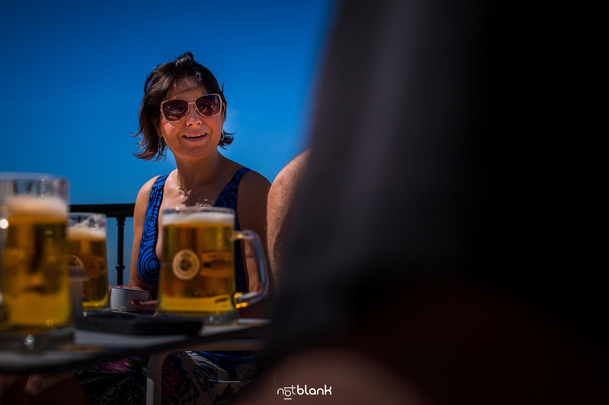 Boda-Maite-David-Terraza-Hotel-Talaso-Atlantico-Invitada-Tomando-Cerveza. Reportaje realizado por Notblank fotógrafos de boda