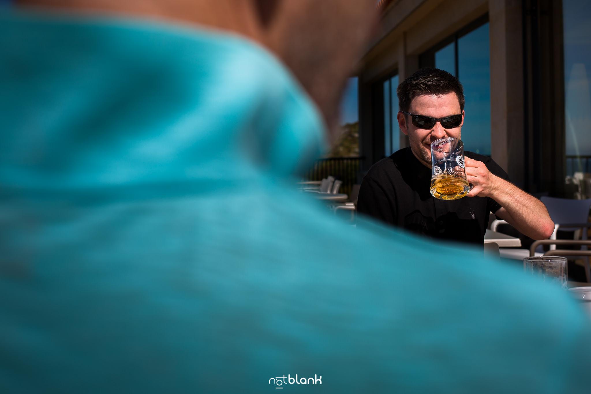 Boda-Maite-David-Terraza-Hotel-Talaso-Atlantico-Invitado-Tomando-Cerveza. Reportaje realizado por Notblank fotógrafos de boda