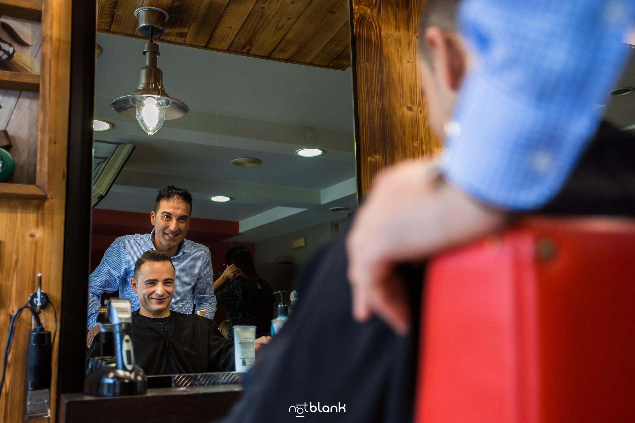 Carlos Pérez Peluquero en su peluquería de Salceda de Caselas