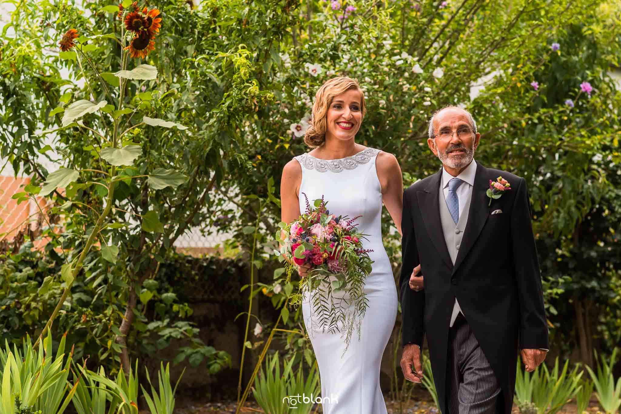 Boda En El Jardin De Casa Jana y Fran - La novia llega a la ceremonia de brazo del padre - Notblank Fotografos de boda