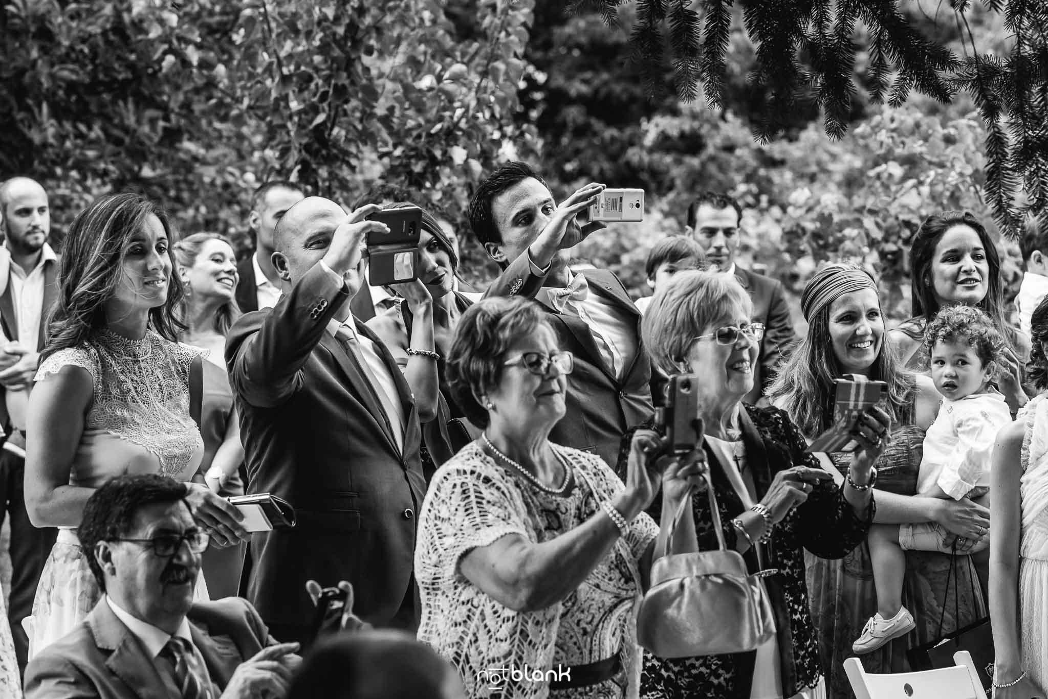 Boda En El Jardin De Casa Jana y Fran - Los invitados hacen fotos con sus telefonos moviles - Notblank Fotografos de boda