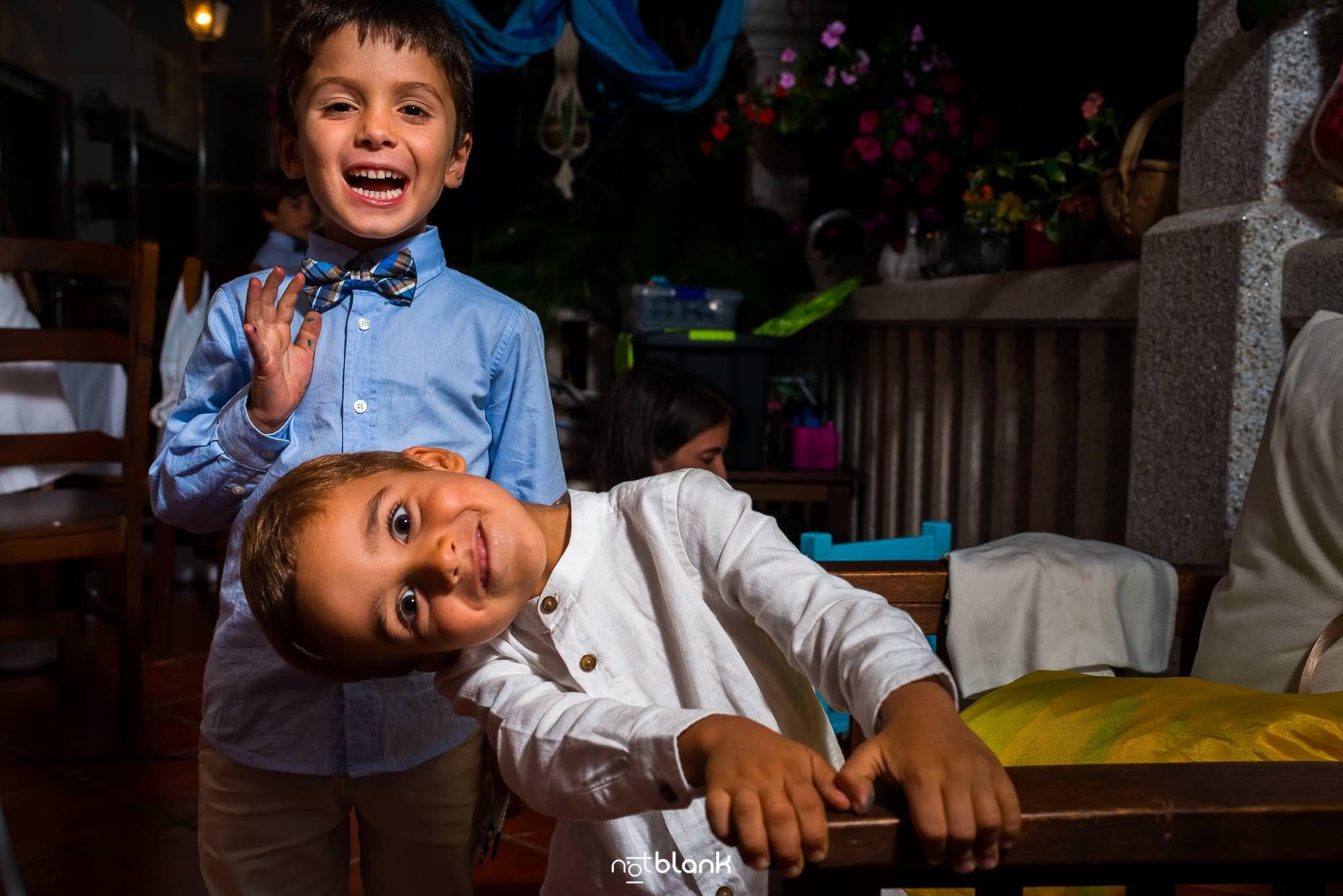 Boda En El Jardin De Casa Jana y Fran - Dos niños miran para camara sonriendo - Notblank Fotografos de boda