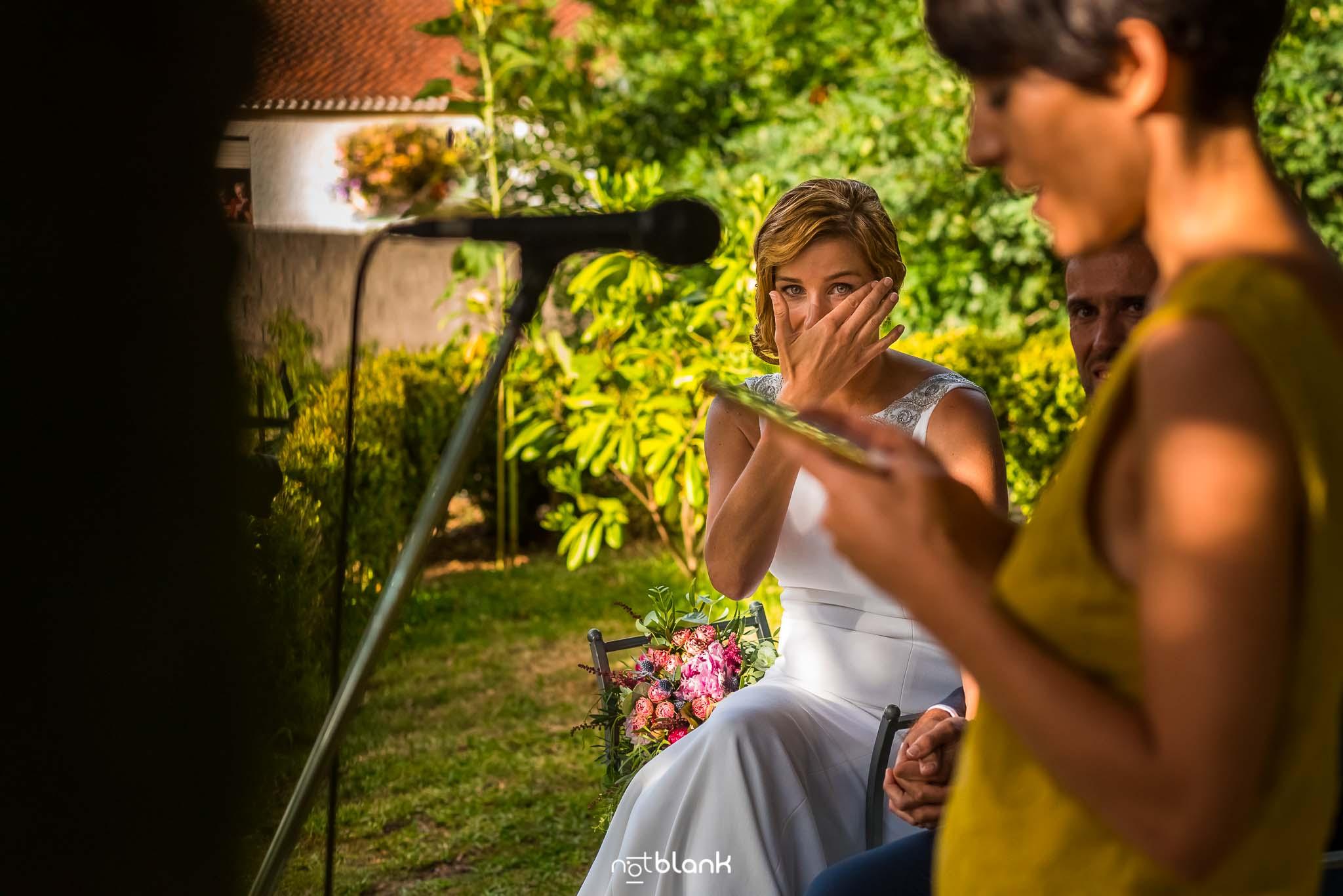 Boda En El Jardin De Casa Jana y Fran - La novia se seca las lagrimas mientras mira una amiga pronuncia un speech - Notblank Fotografos de boda