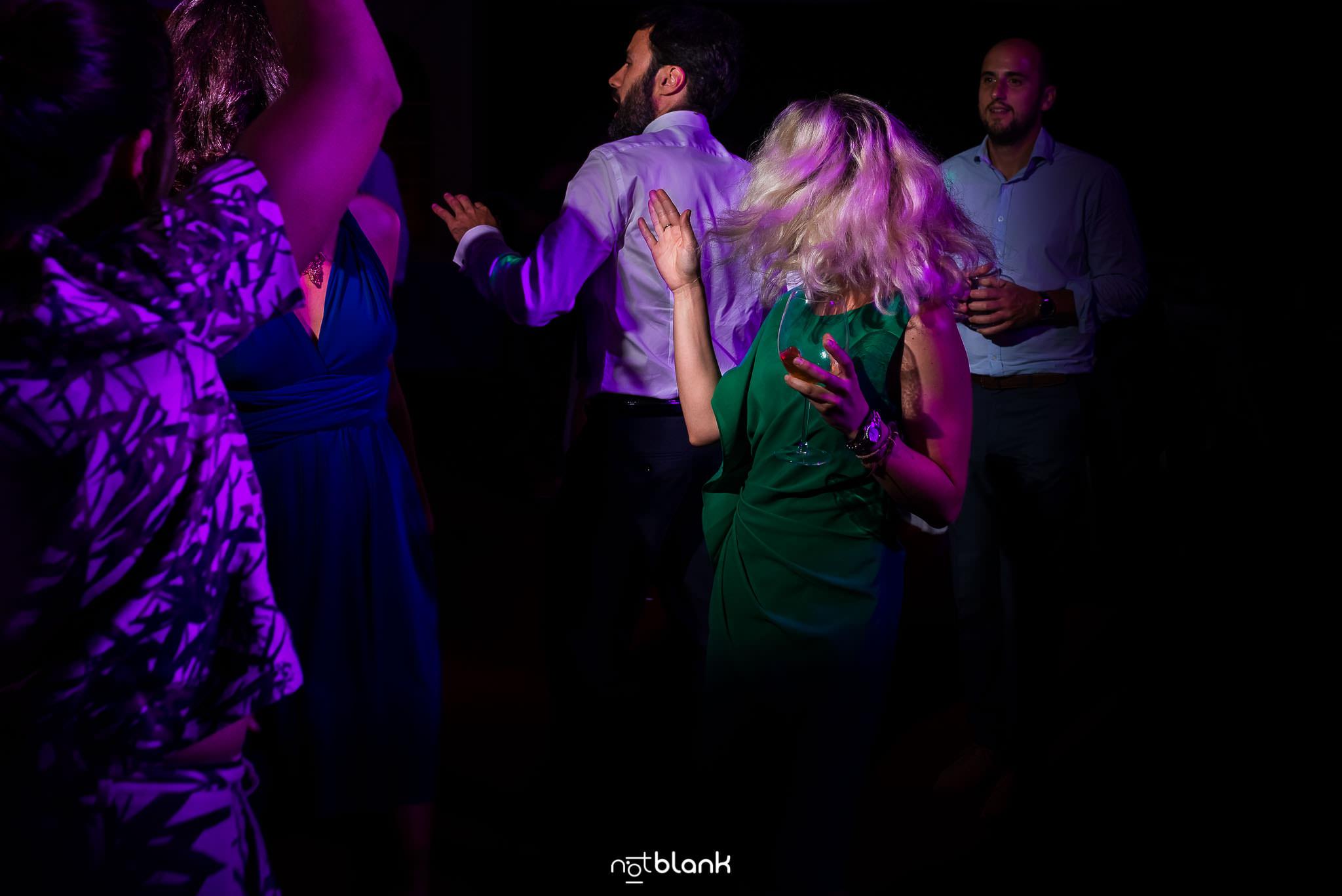 Boda En El Jardin De Casa Jana y Fran - Una invitada baila alocadamente durante la fiesta - Notblank Fotografos de boda
