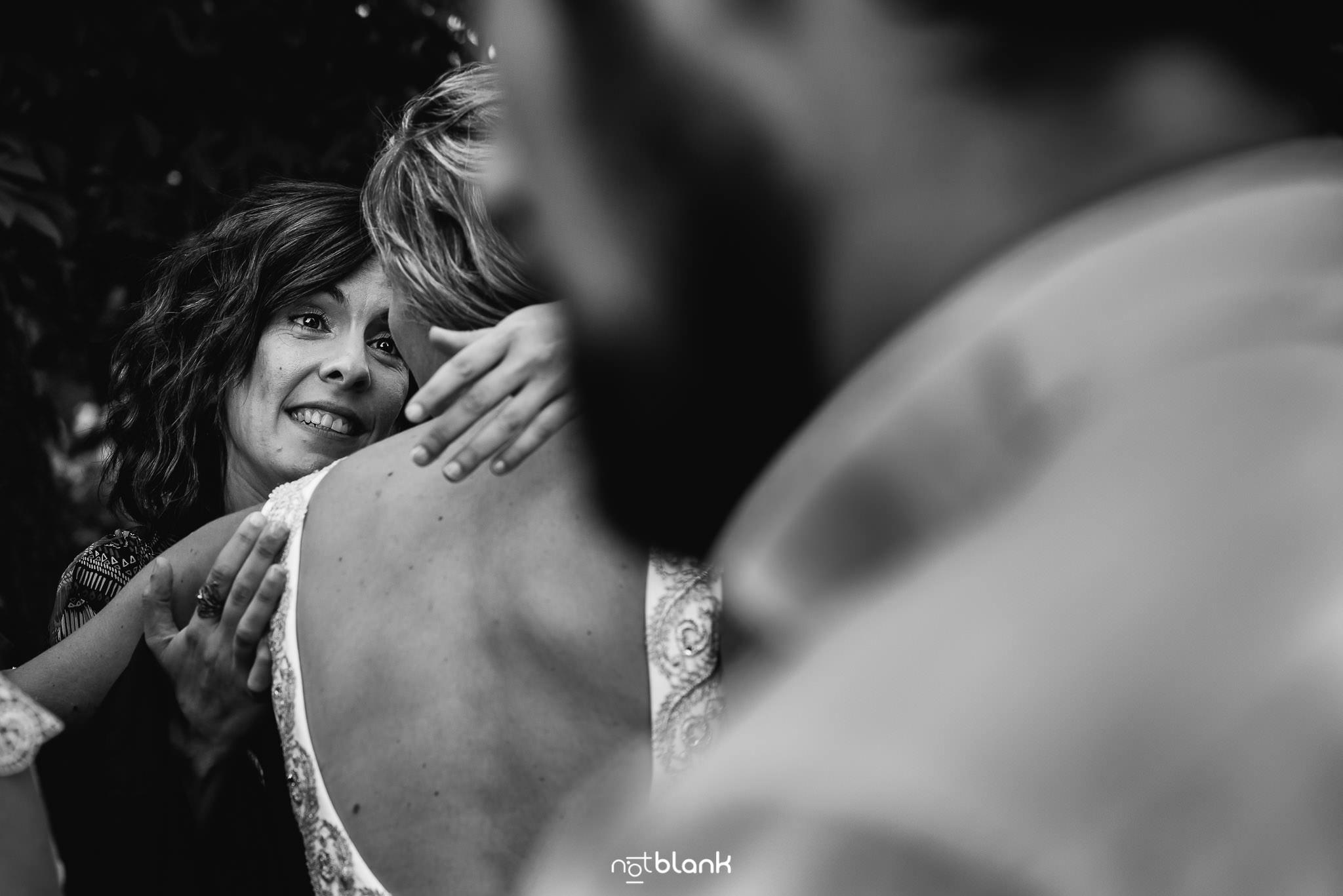 Boda En El Jardin De Casa Jana y Fran - Una amiga abraza a la novia despues de la ceremonia - Notblank Fotografos de boda