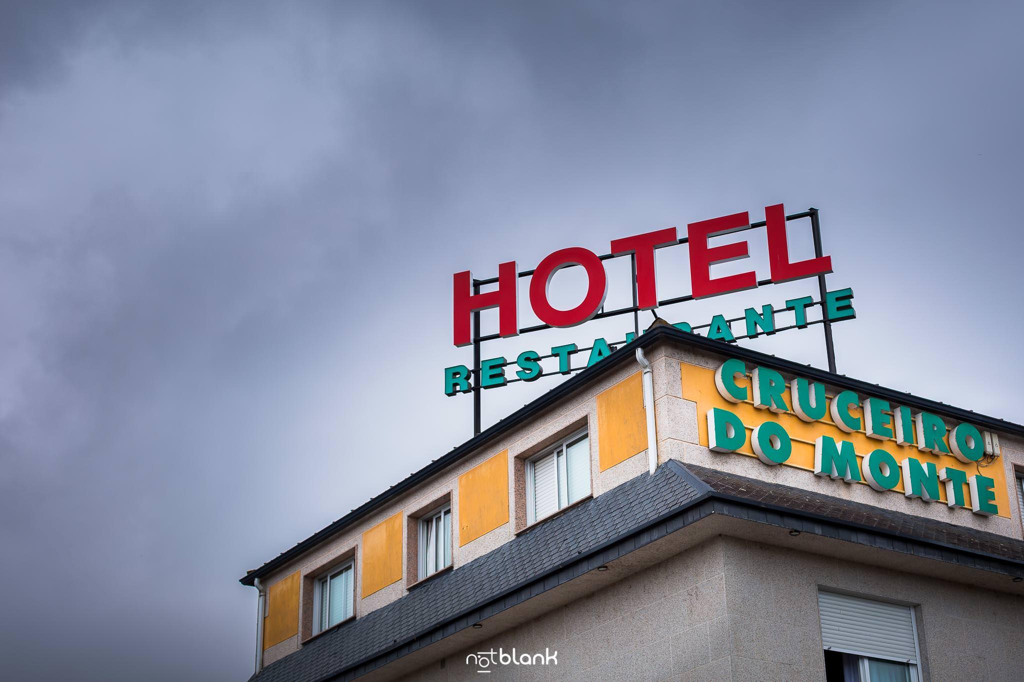 Boda En El Jardin De Casa Jana y Fran - Fachada del Hotel donde se preparo el novio para la boda - Restaurante Cruceiro do Monte en Tui - Notblank Fotografos de boda