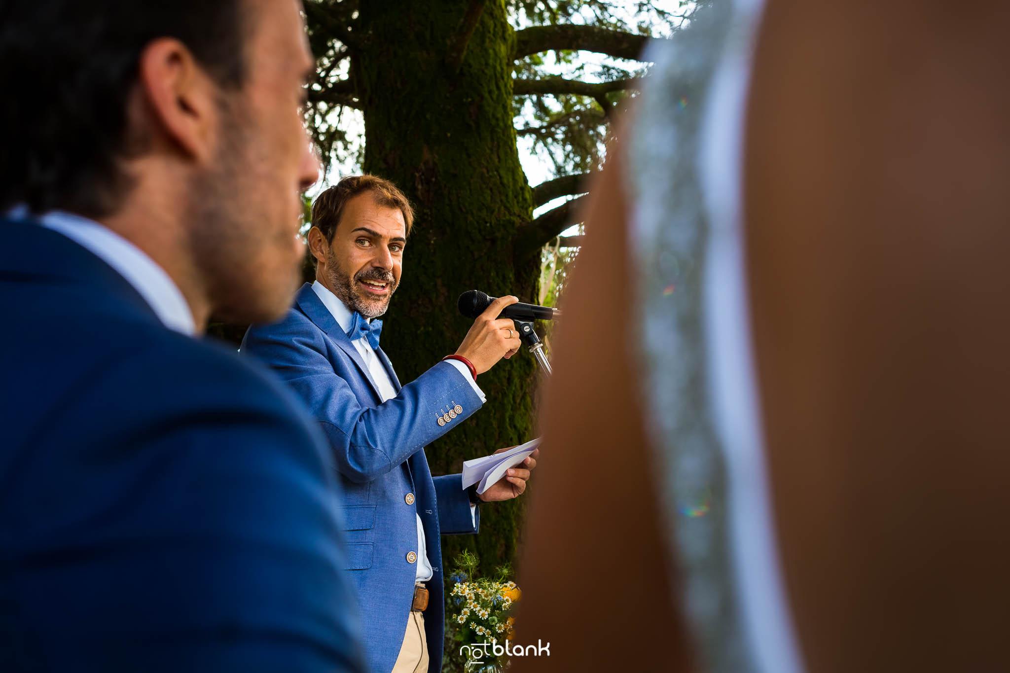 Boda En El Jardin De Casa Jana y Fran - Un amigo del novio dedica unas palabras durante la ceremonia civil - Notblank Fotografos de boda