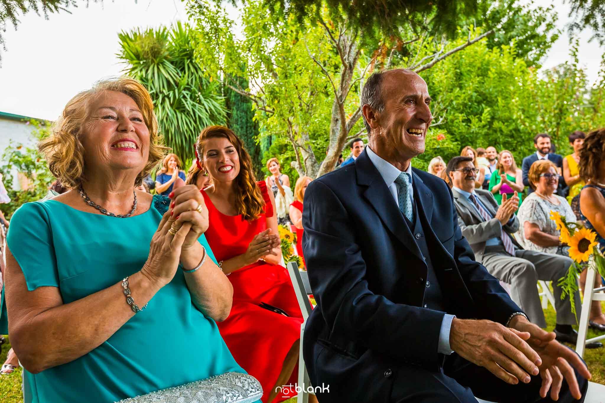 Boda En El Jardin De Casa Jana y Fran - Varios invitados sonrien y aplauden durante la ceremonia civil - Notblank Fotografos de boda