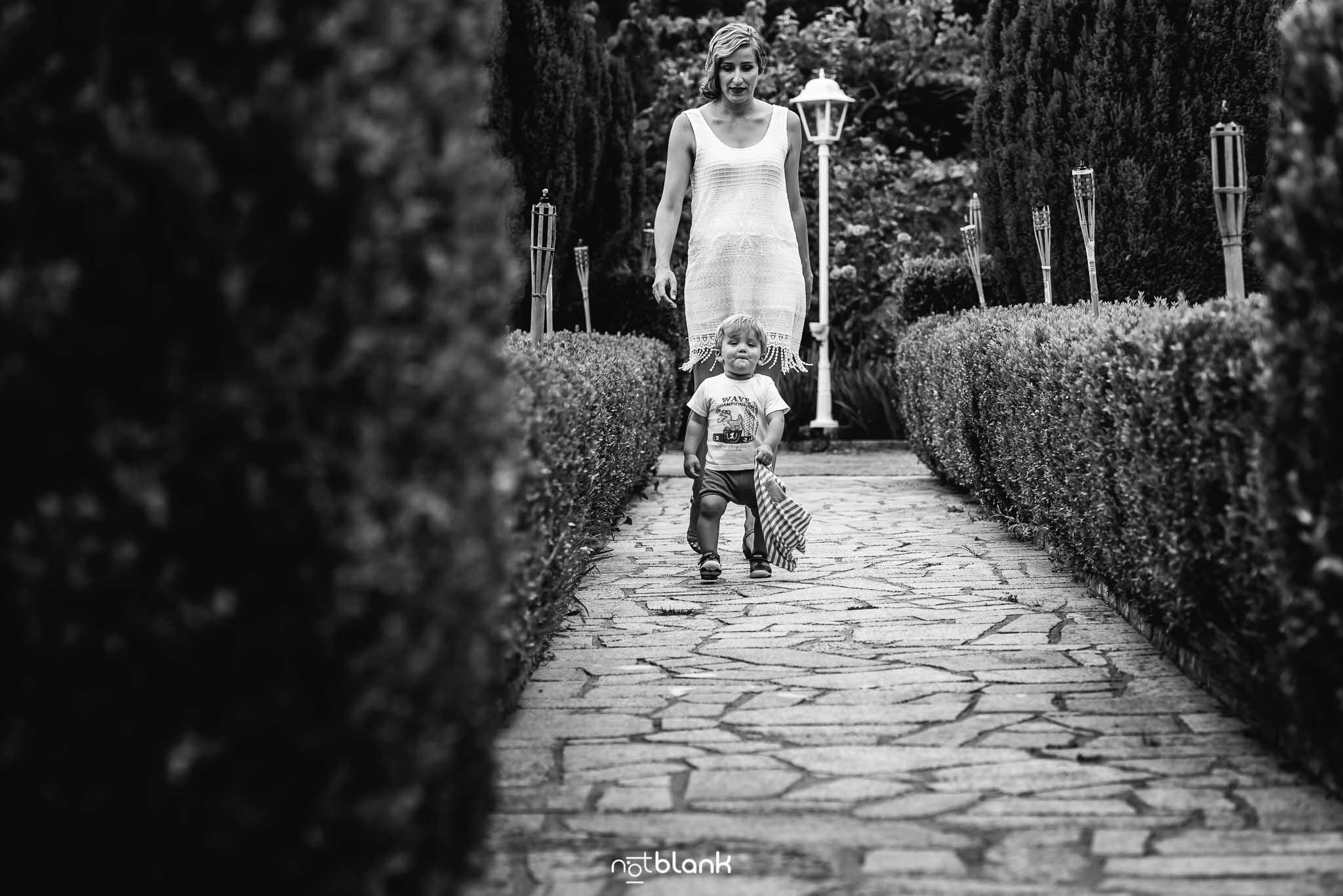 Boda En El Jardin De Casa Jana y Fran - La novia pasea con su hijo pequeño por el jardin antes de la ceremonia civil - Notblank Fotografos de boda