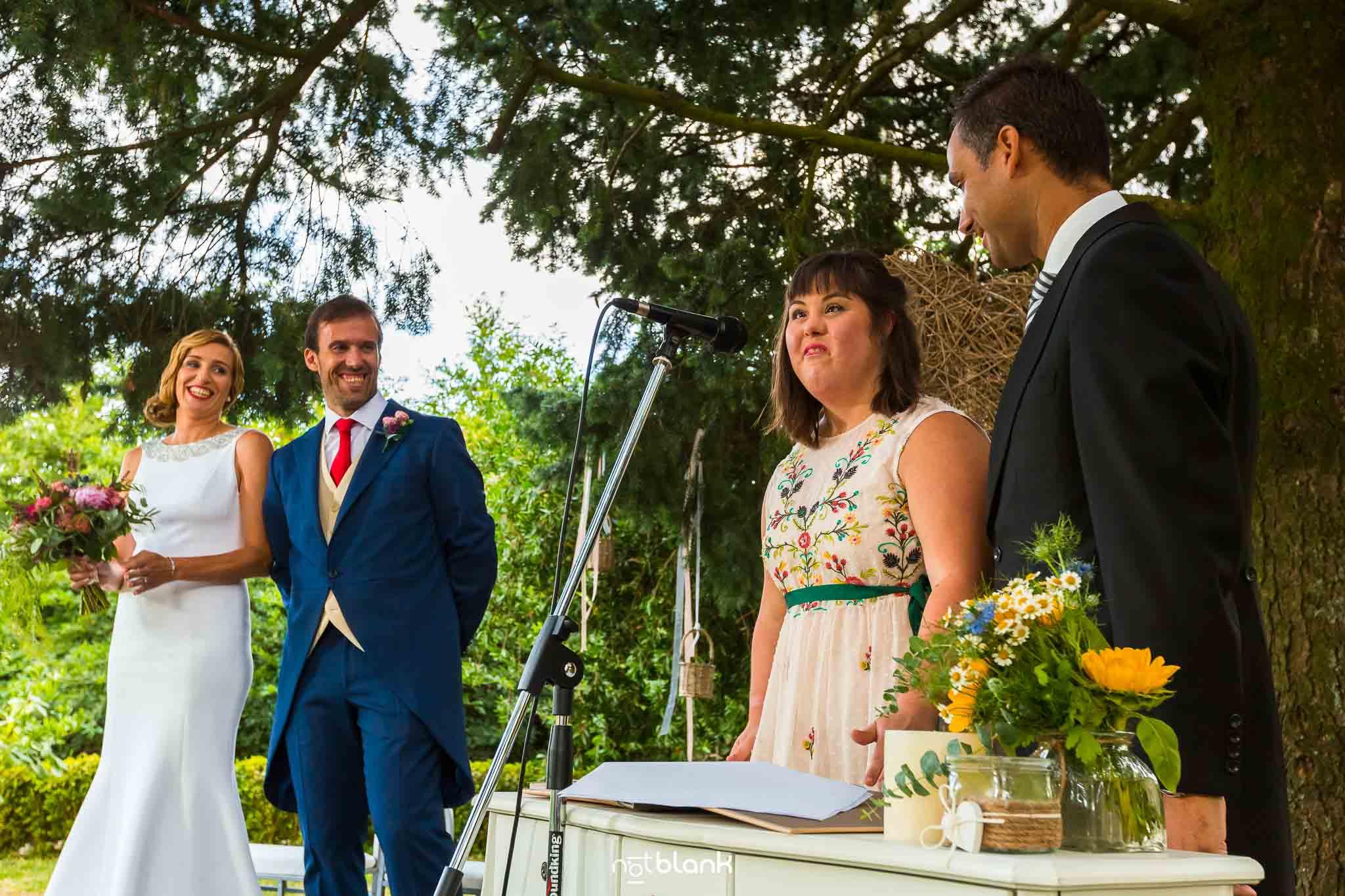 Boda En El Jardin De Casa Jana y Fran - La hermana de la novia grita VIVA LOS NOVIOS durante la ceremonia civil - Notblank Fotografos de boda