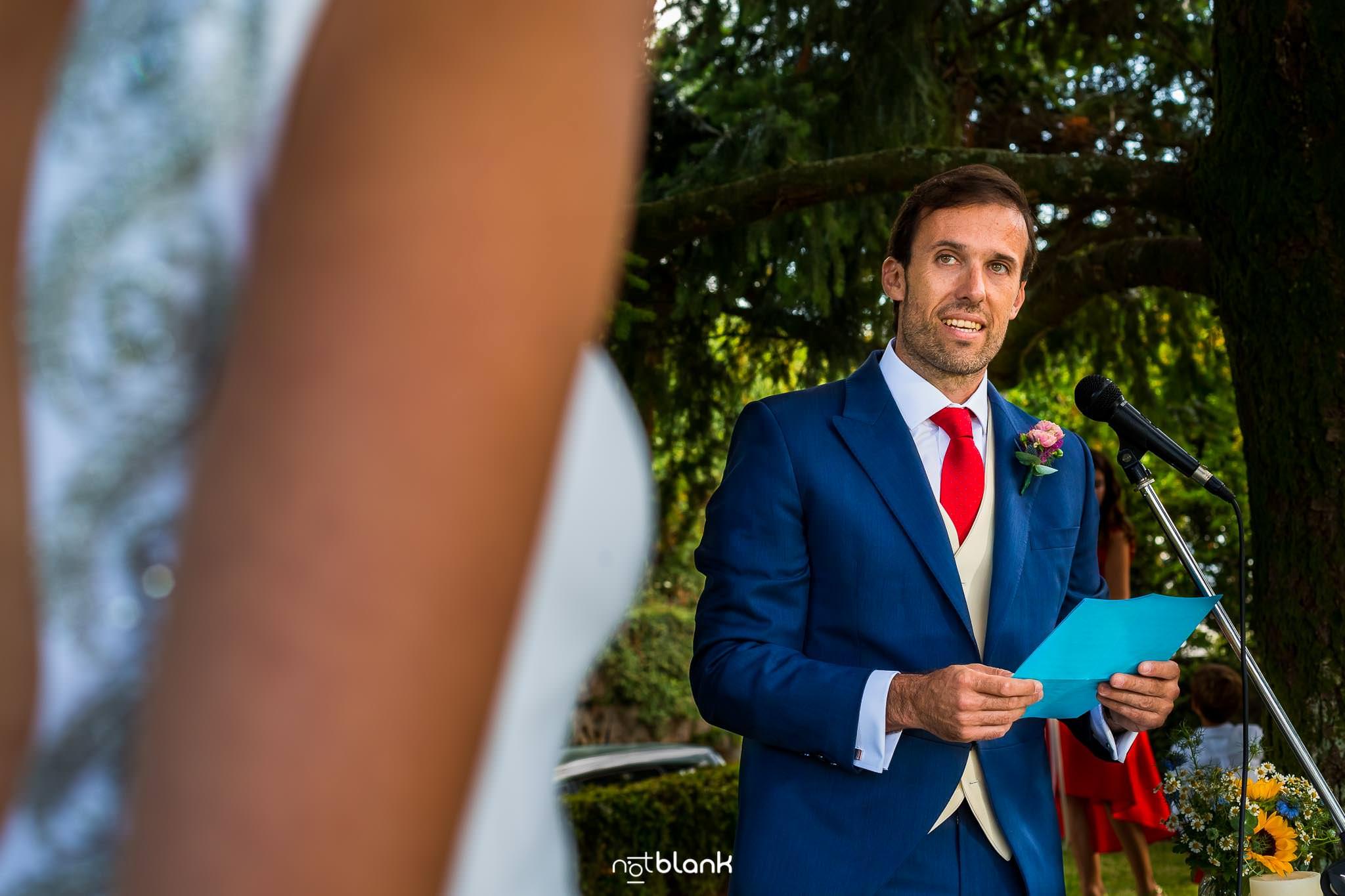 Boda En El Jardin De Casa Jana y Fran - El novio lee sus votos a la novia durante la ceremonia civil - Notblank Fotografos de boda