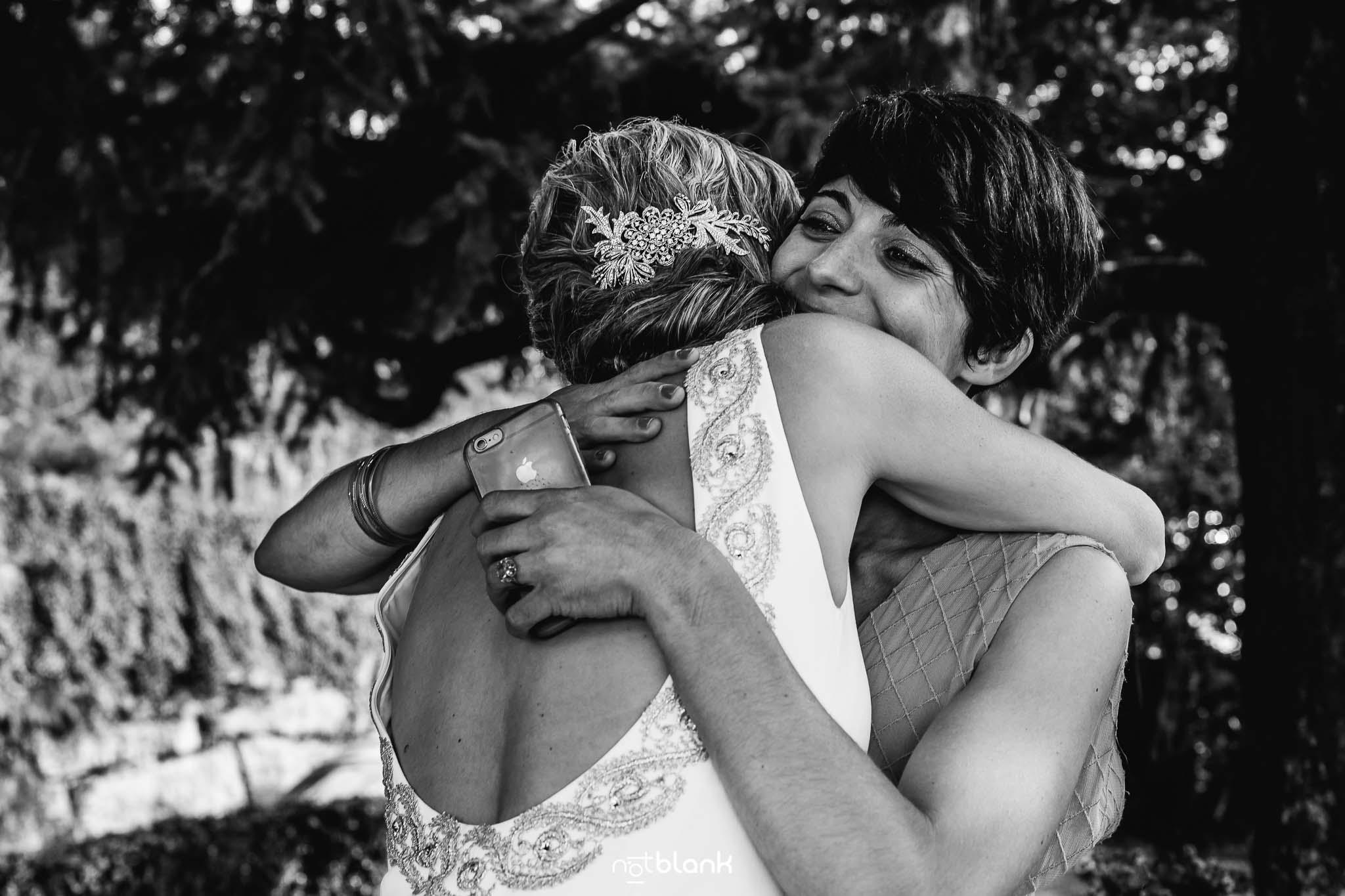 Boda En El Jardin De Casa Jana y Fran - La amiga de la novia la abraza despues de dedicarle unas palabras durante la ceremonia civil - Notblank Fotografos de boda
