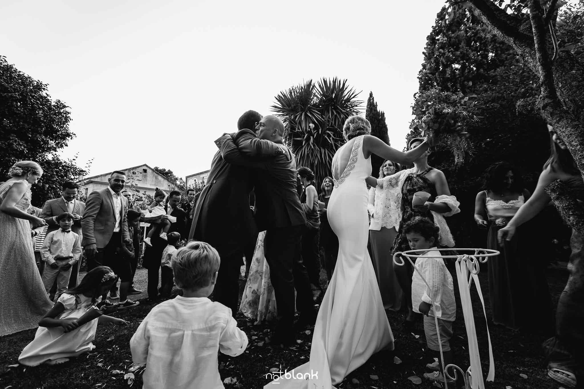 Boda En El Jardin De Casa Jana y Fran - Los invitados se abrazan a los novios para felicitarles por su matrimonio - Notblank Fotografos de boda