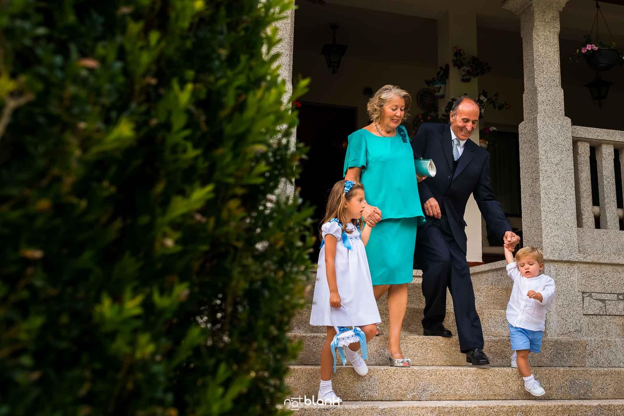 Boda En El Jardin De Casa Jana y Fran - Los abuelos llevan de la mano a sus nietos de camino a la ceremonia civil - Notblank Fotografos de boda