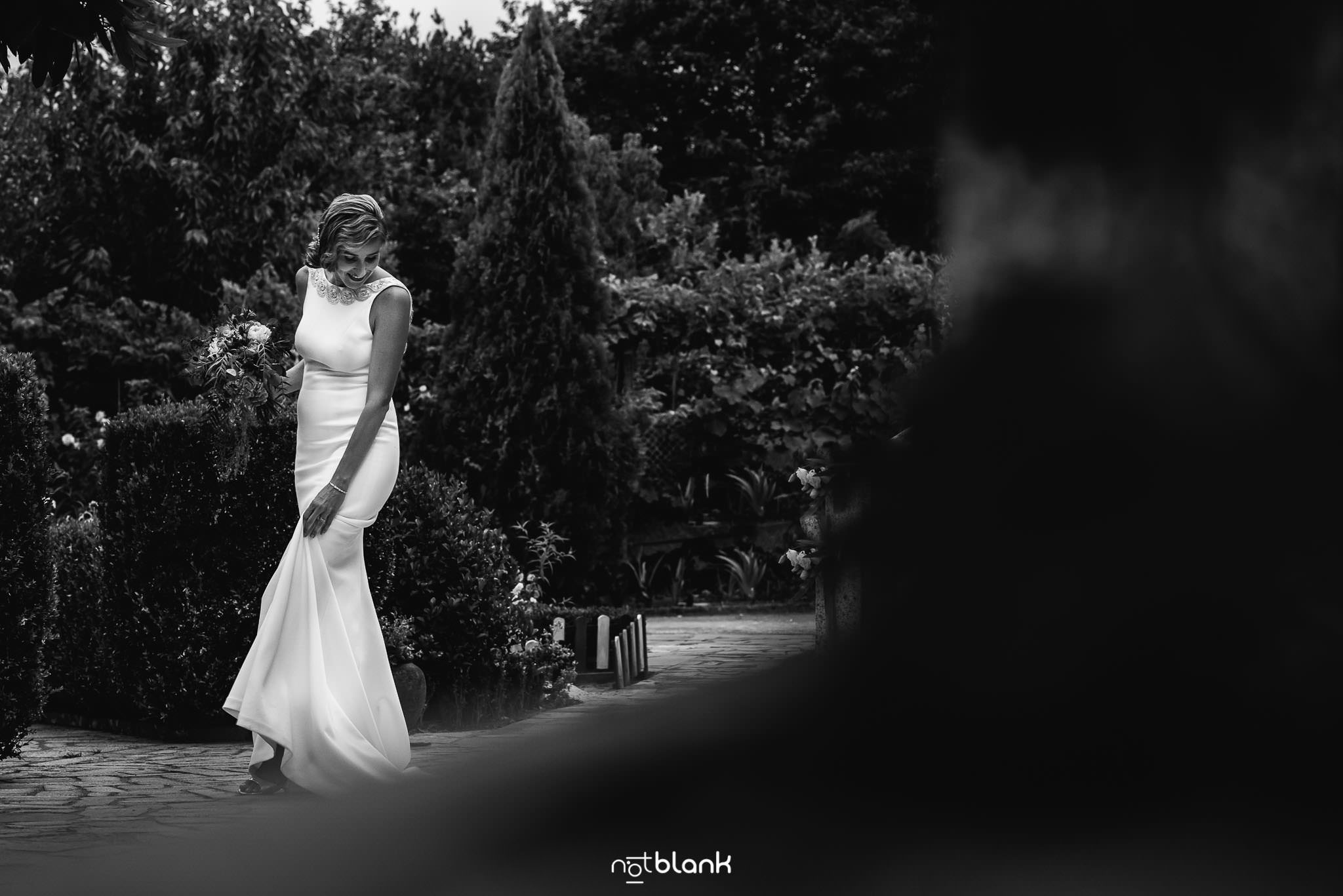 Boda En El Jardin De Casa Jana y Fran - La novia se mira los zapatos en el jardin antes de la ceremonia civil de su boda - Notblank Fotografos de boda