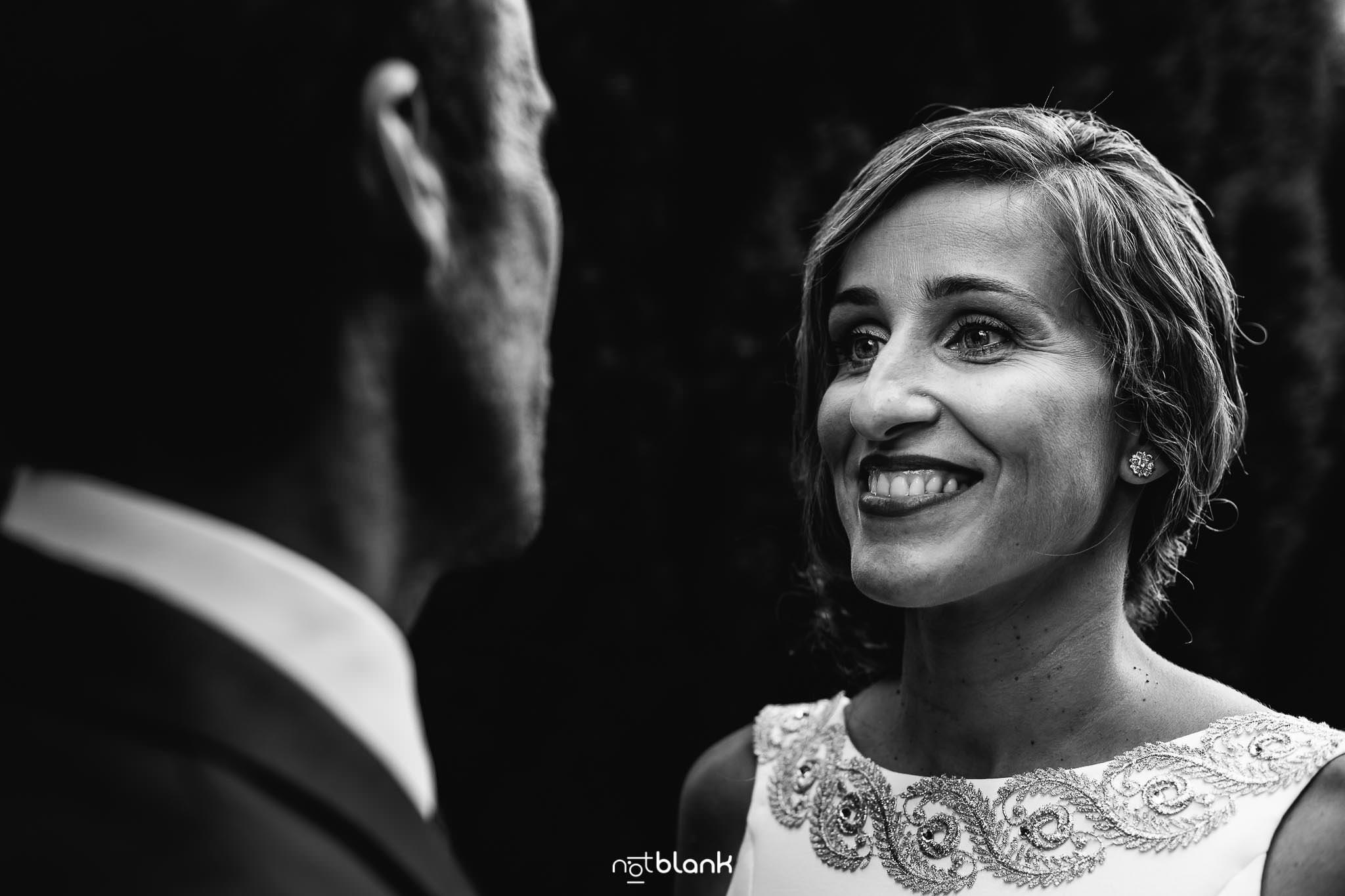Boda En El Jardin De Casa Jana y Fran - La novia que tiene una mirada cristalina sonrie enamorada a su esposo - Notblank Fotografos de boda