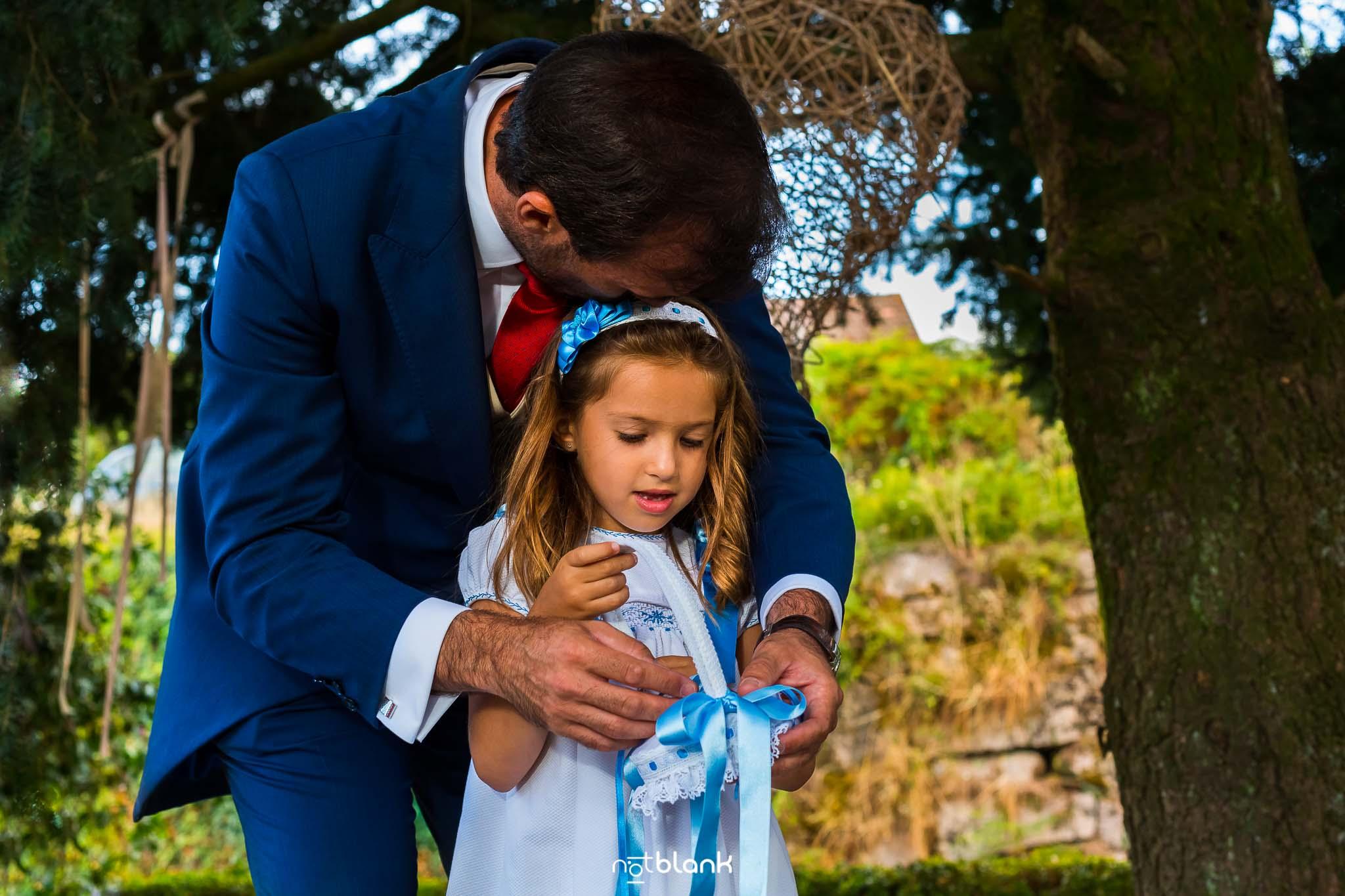 Boda En El Jardin De Casa Jana y Fran - El novio abraza a su hija pequeña durante la ceremonia civil - Notblank Fotografos de boda