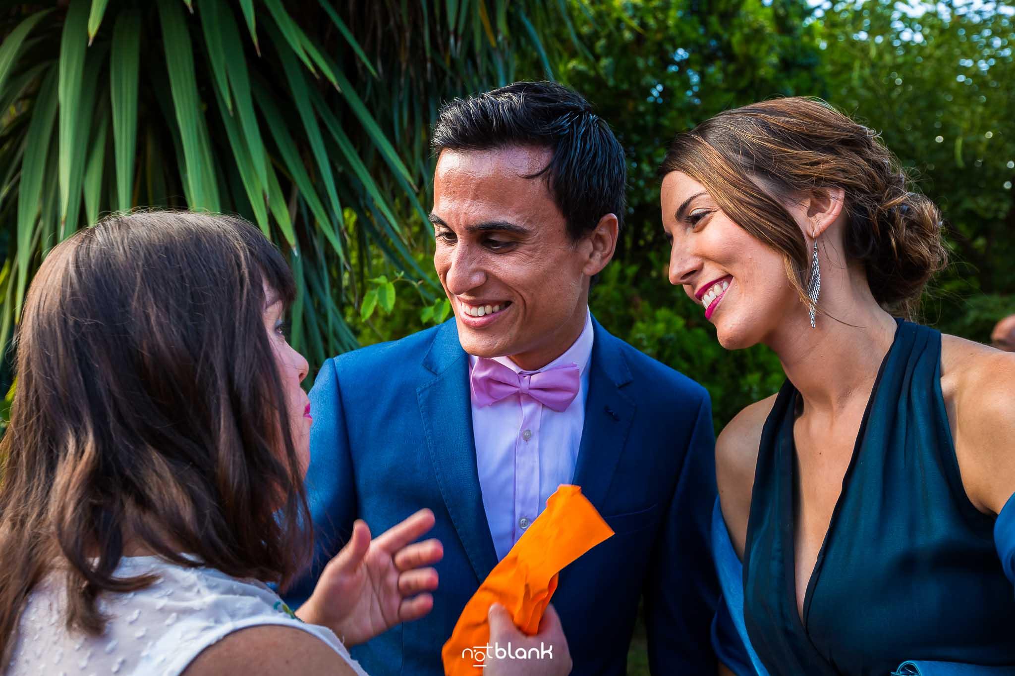 Boda En El Jardin De Casa Jana y Fran - Varios invitados hablan y sonrien - Notblank Fotografos de boda