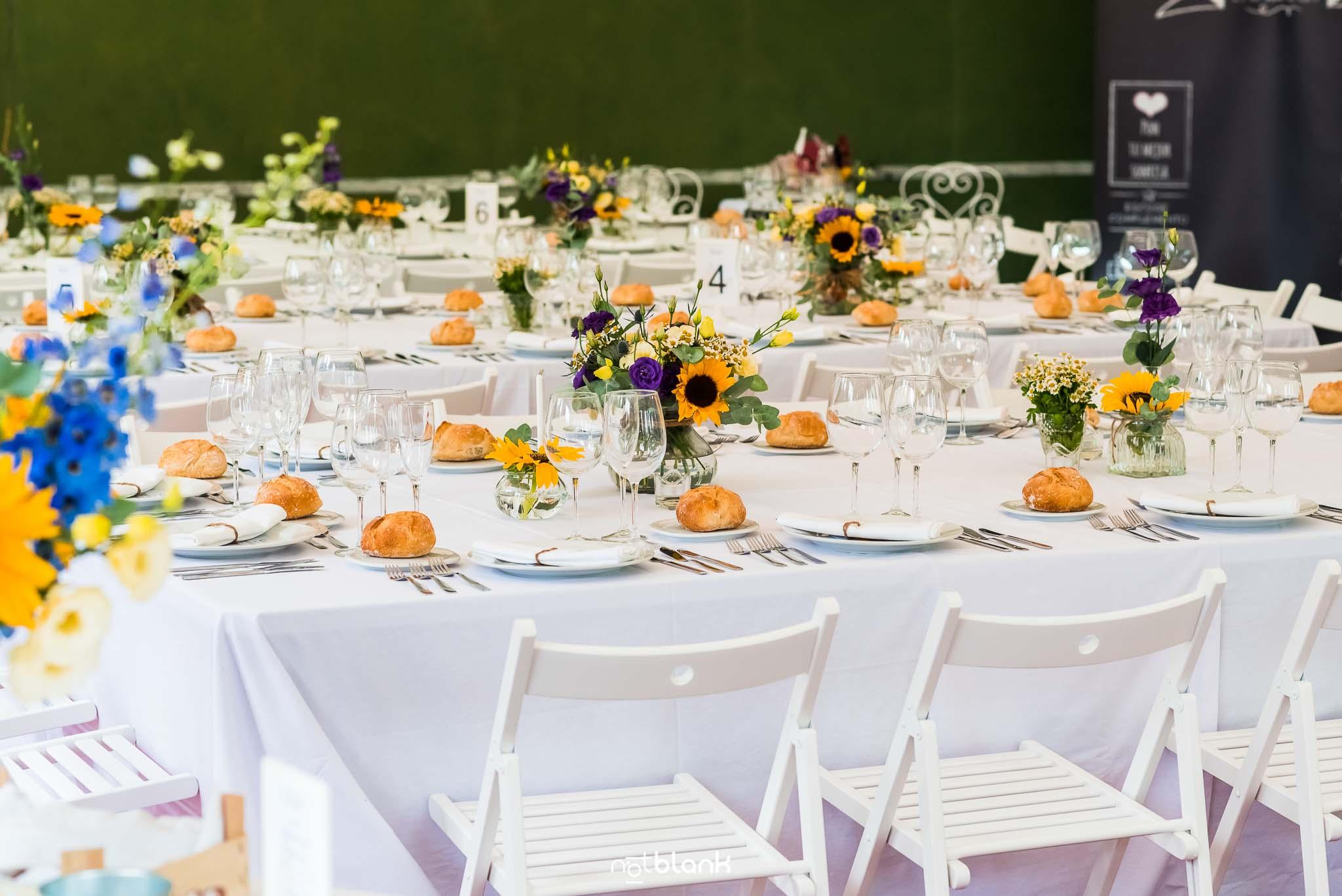 Boda En El Jardin De Casa Jana y Fran - Decoracion floral de las mesas del banquete de boda - Notblank Fotografos de boda