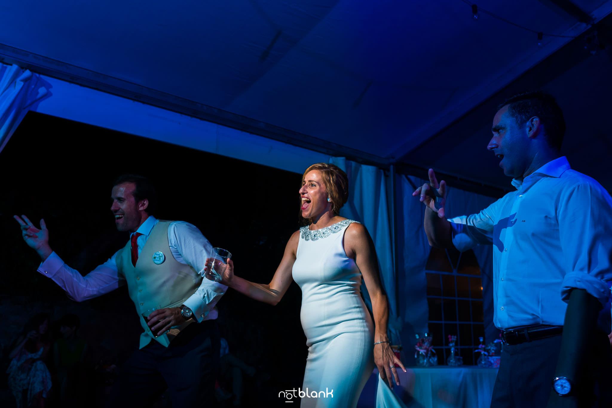 Boda En El Jardin De Casa Jana y Fran - Los novios bailan durante la fiesta - Notblank Fotografos de boda