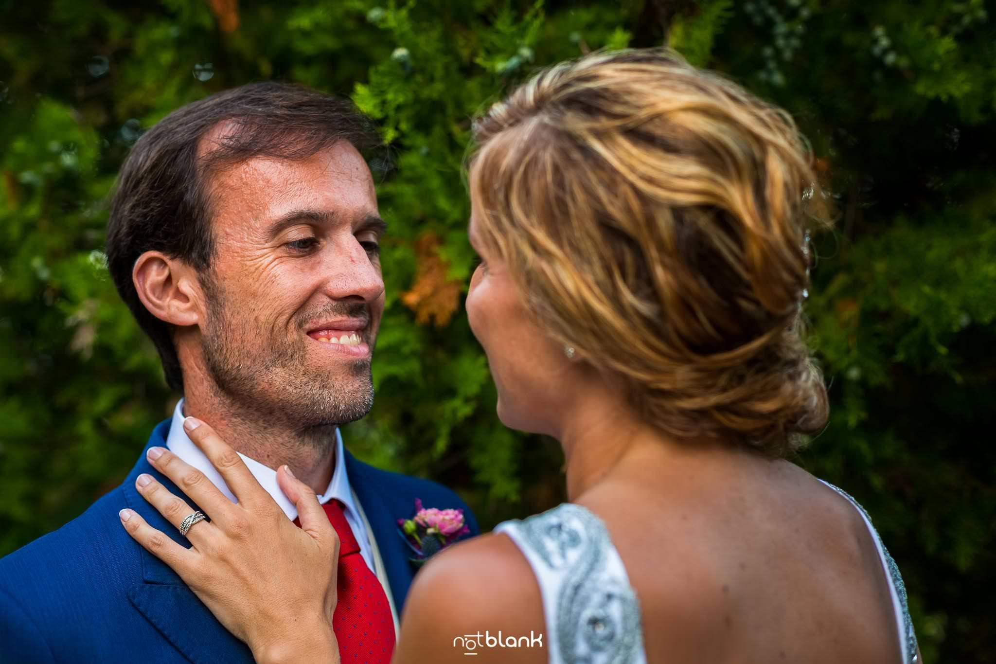 Boda En El Jardin De Casa Jana y Fran - El novio con mirada enamorada sonrie a su esposa en el jardin - Notblank Fotografos de boda