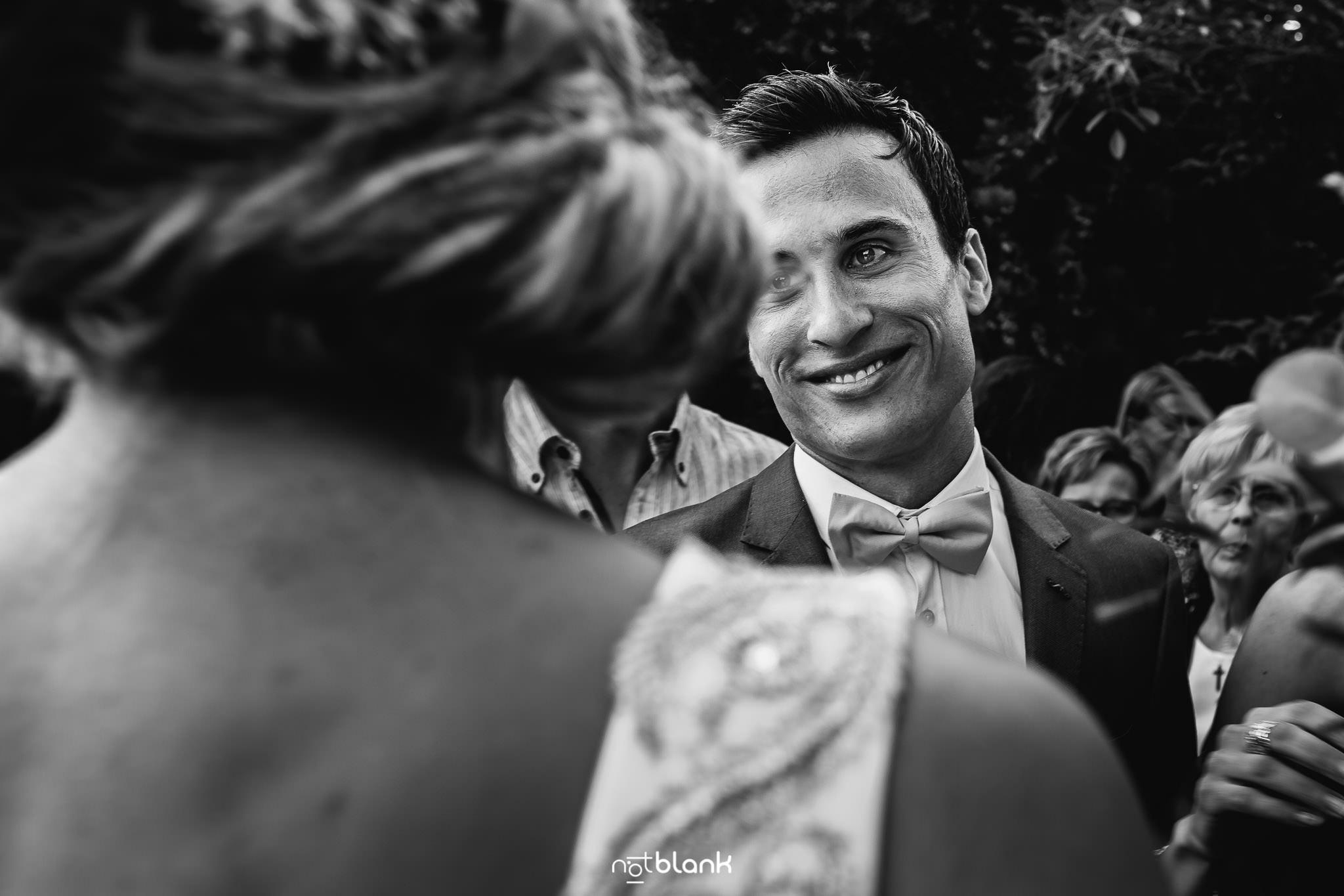 Boda En El Jardin De Casa Jana y Fran - El hermano del novio sonrie mientras felicita a su cuñada - Notblank Fotografos de boda