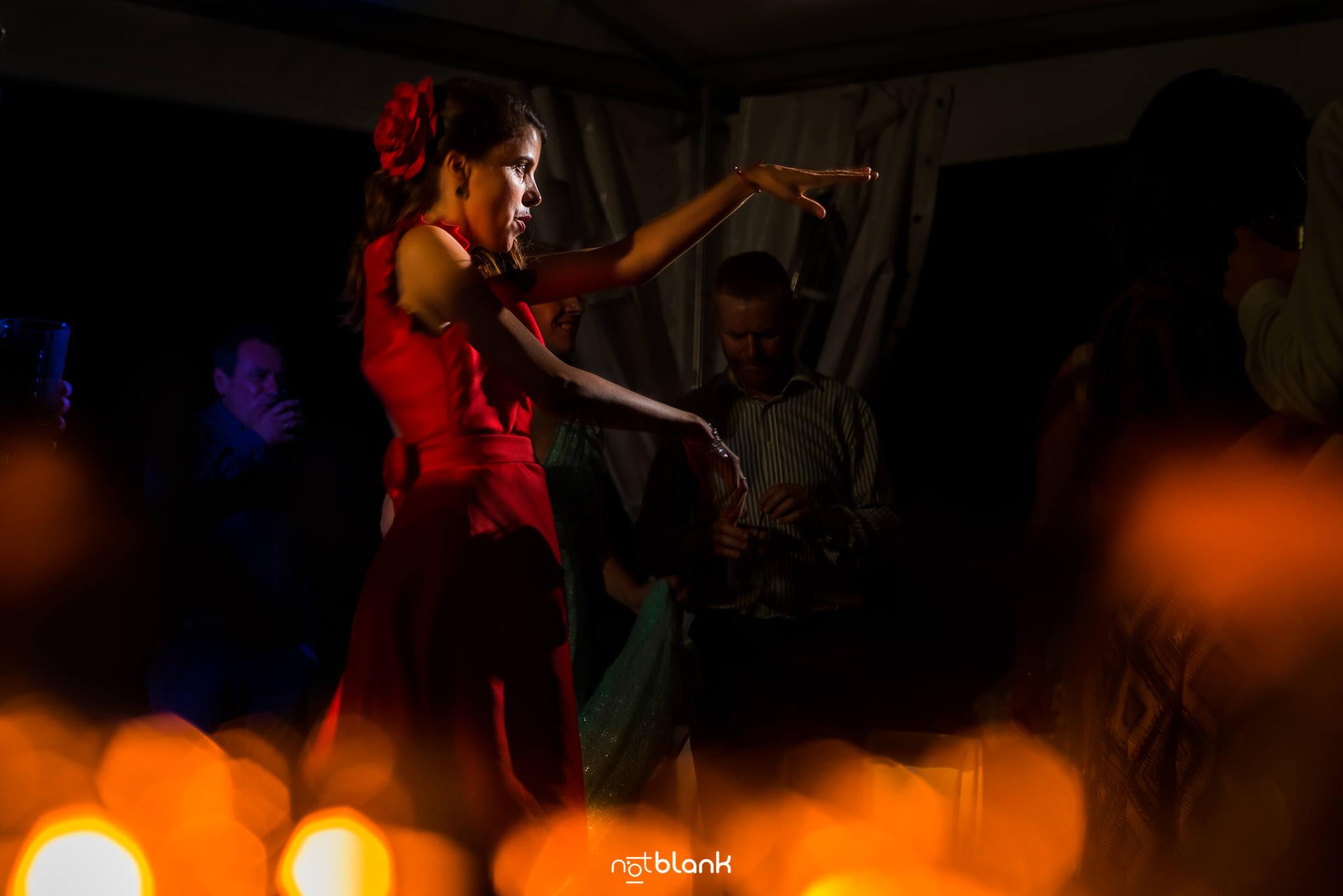 Boda En El Jardin De Casa Jana y Fran - La hermana de la novia baile con los brazos en alto durante la fiesta - Notblank Fotografos de boda