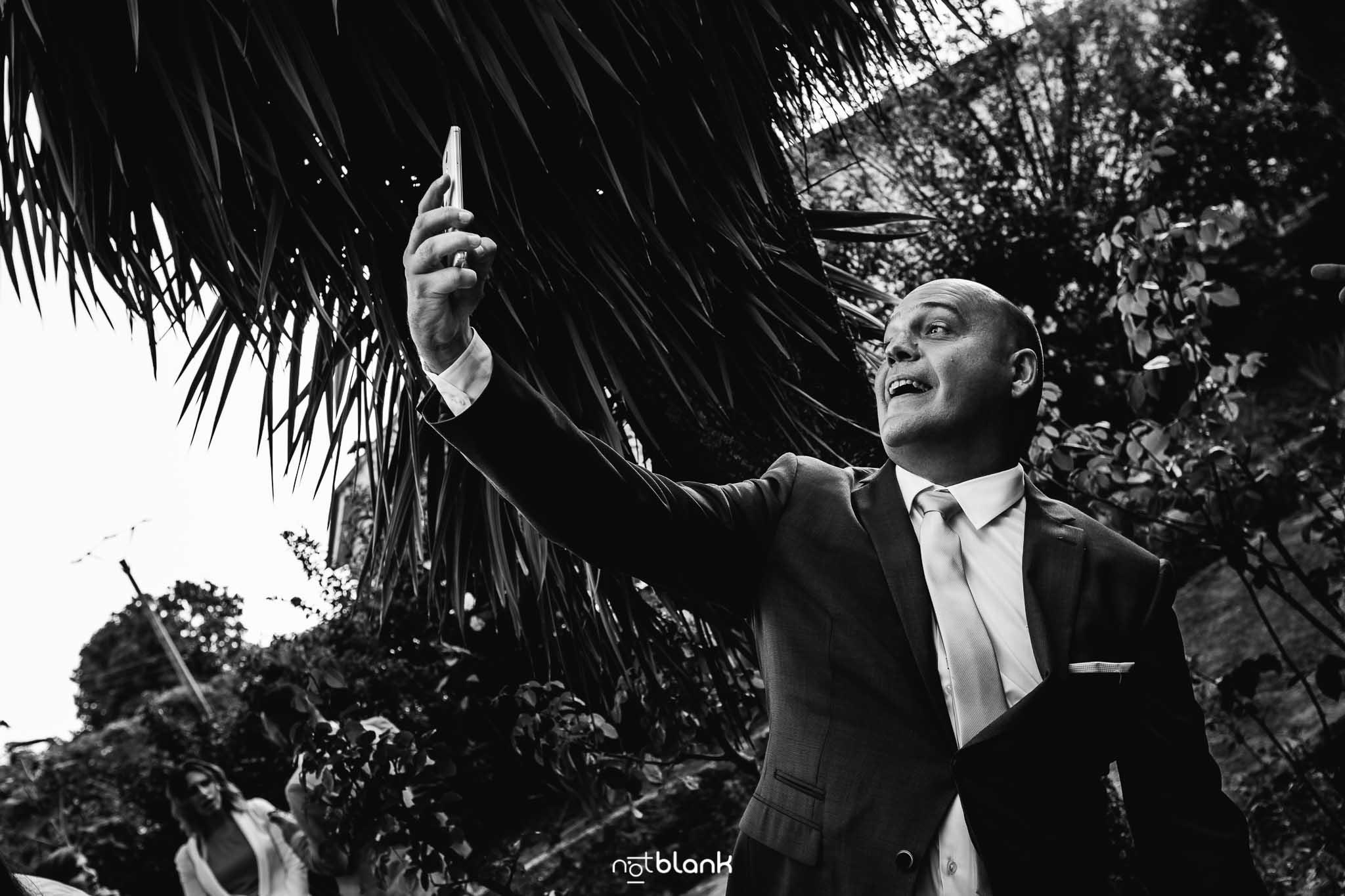 Boda En El Jardin De Casa Jana y Fran - Un invitado se hace un selfie durante la ceremonia de la boda civil- Notblank Fotografos de boda