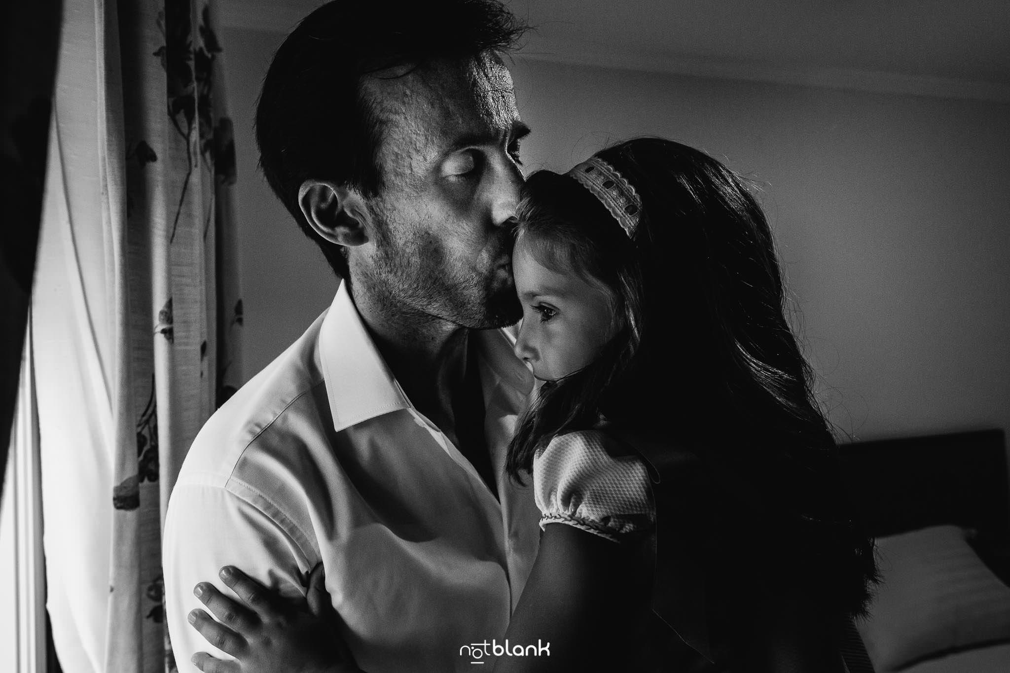 Boda En El Jardin De Casa Jana y Fran - El novio besa en la frente a su hija pequeña durante los preparativos - Notblank Fotografos de boda