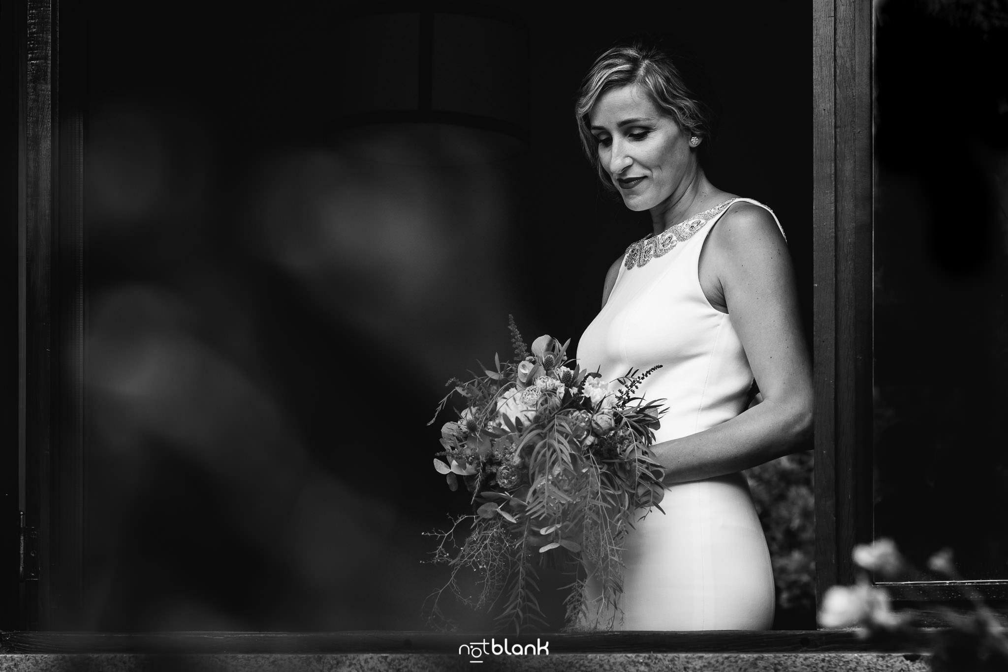 Boda En El Jardin De Casa Jana y Fran - Retrato de la novia en casa de sus padres con el ramo en las manos - Notblank Fotografos de boda