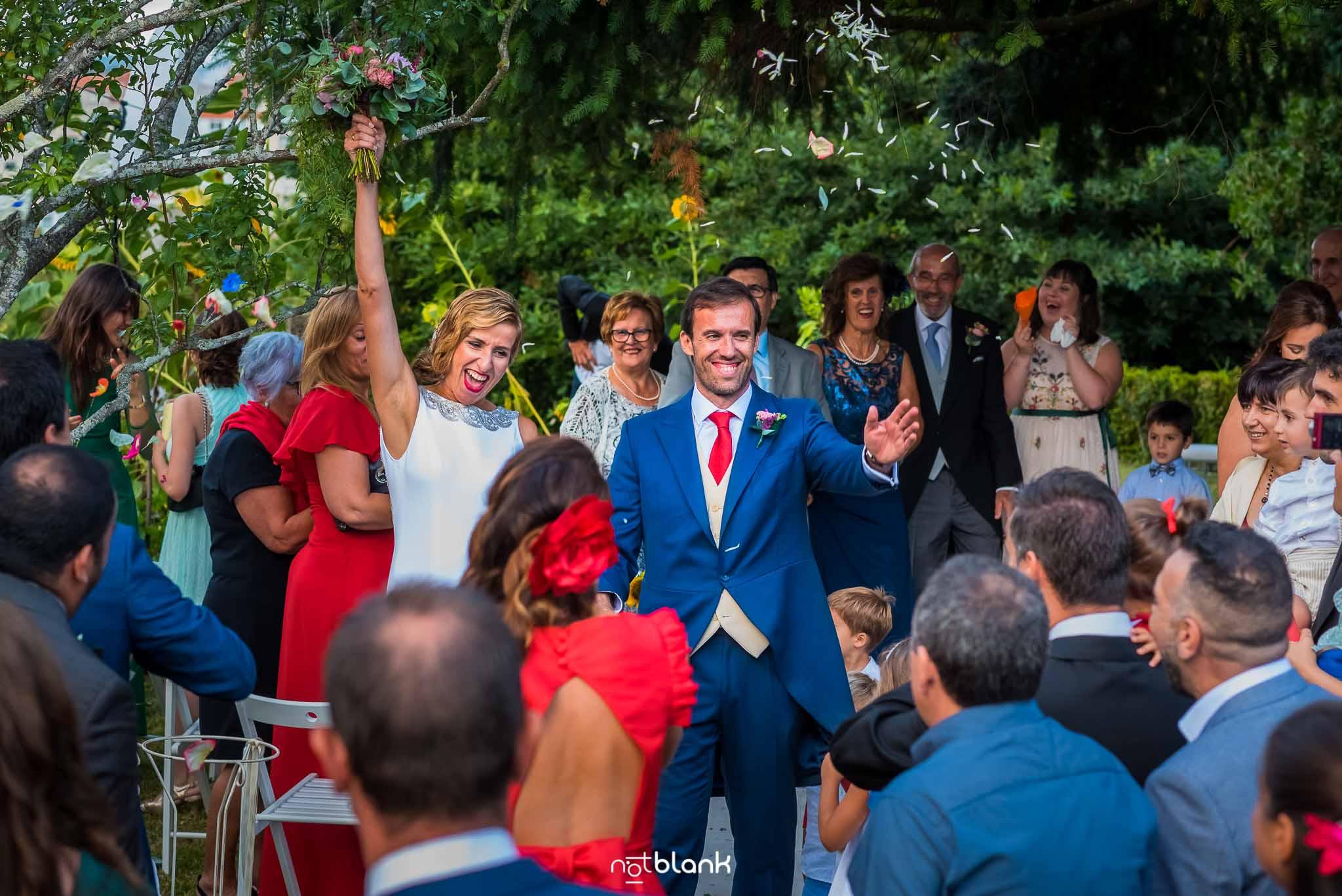 Boda En El Jardin De Casa Jana y Fran - Los invitados aplauden a los novios durante la ceremonia civil- Notblank Fotografos de boda