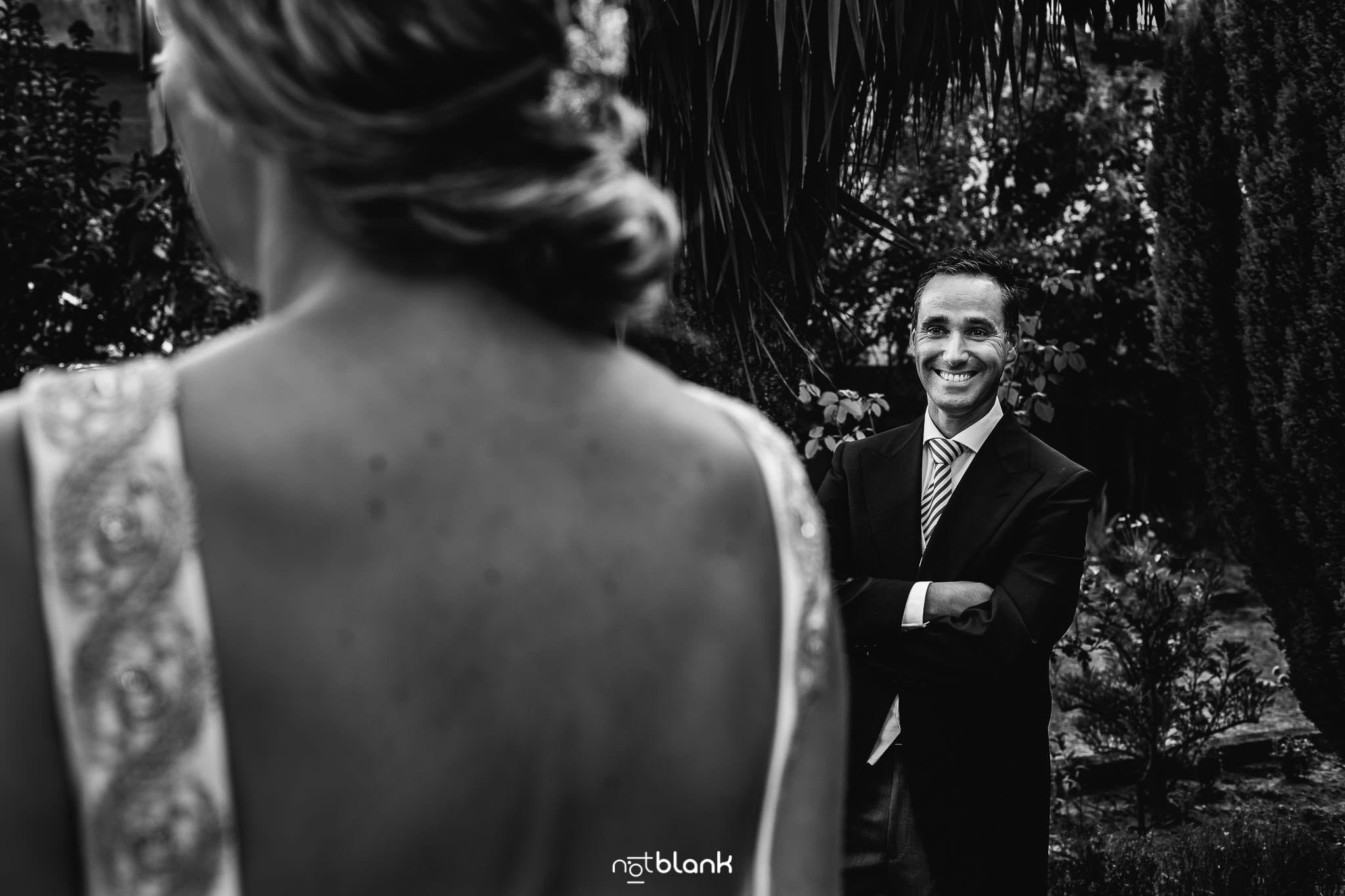 Boda En El Jardin De Casa Jana y Fran - El mejor amigo del novio sonrie viendo para la novia - Notblank Fotografos de boda