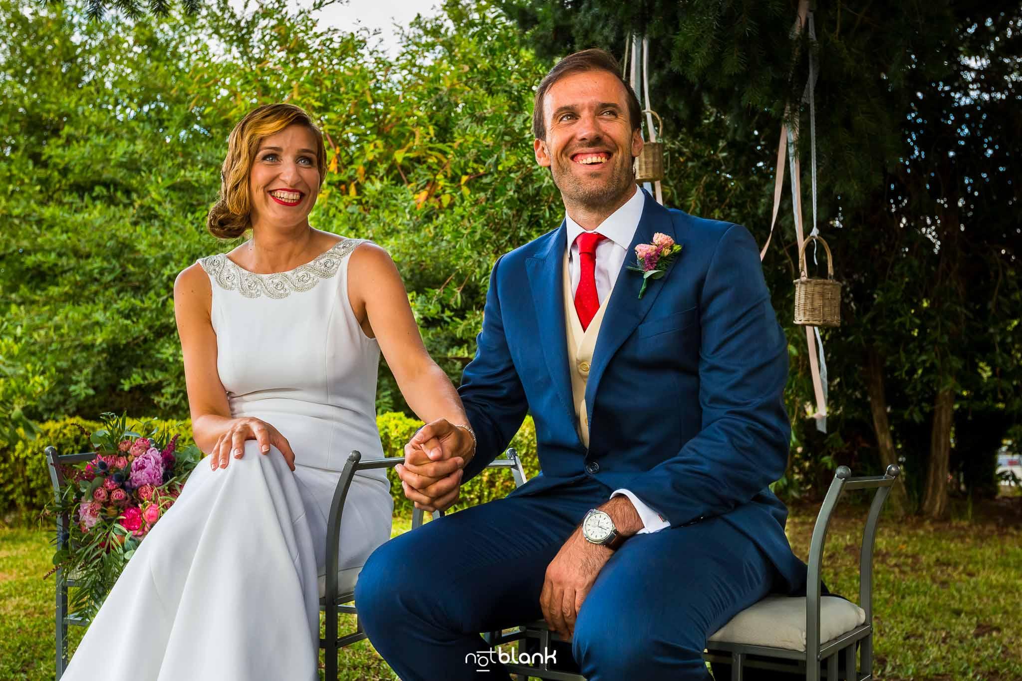 Boda En El Jardin De Casa Jana y Fran - Los novios sonrien y se cogen las manos durante la ceremonia civil - Notblank Fotografos de boda