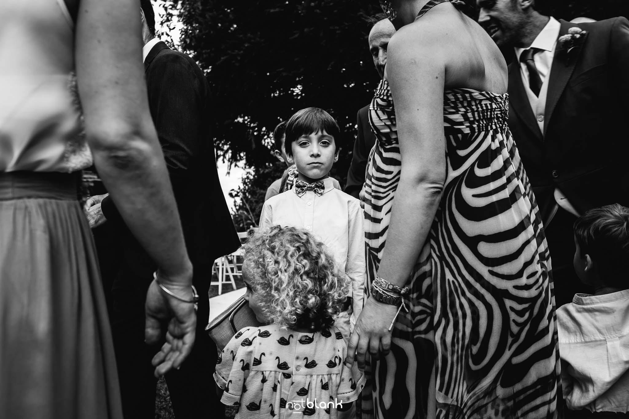 Boda En El Jardin De Casa Jana y Fran - Retrato de un niño durante la ceremonia civil - Notblank Fotografos de boda
