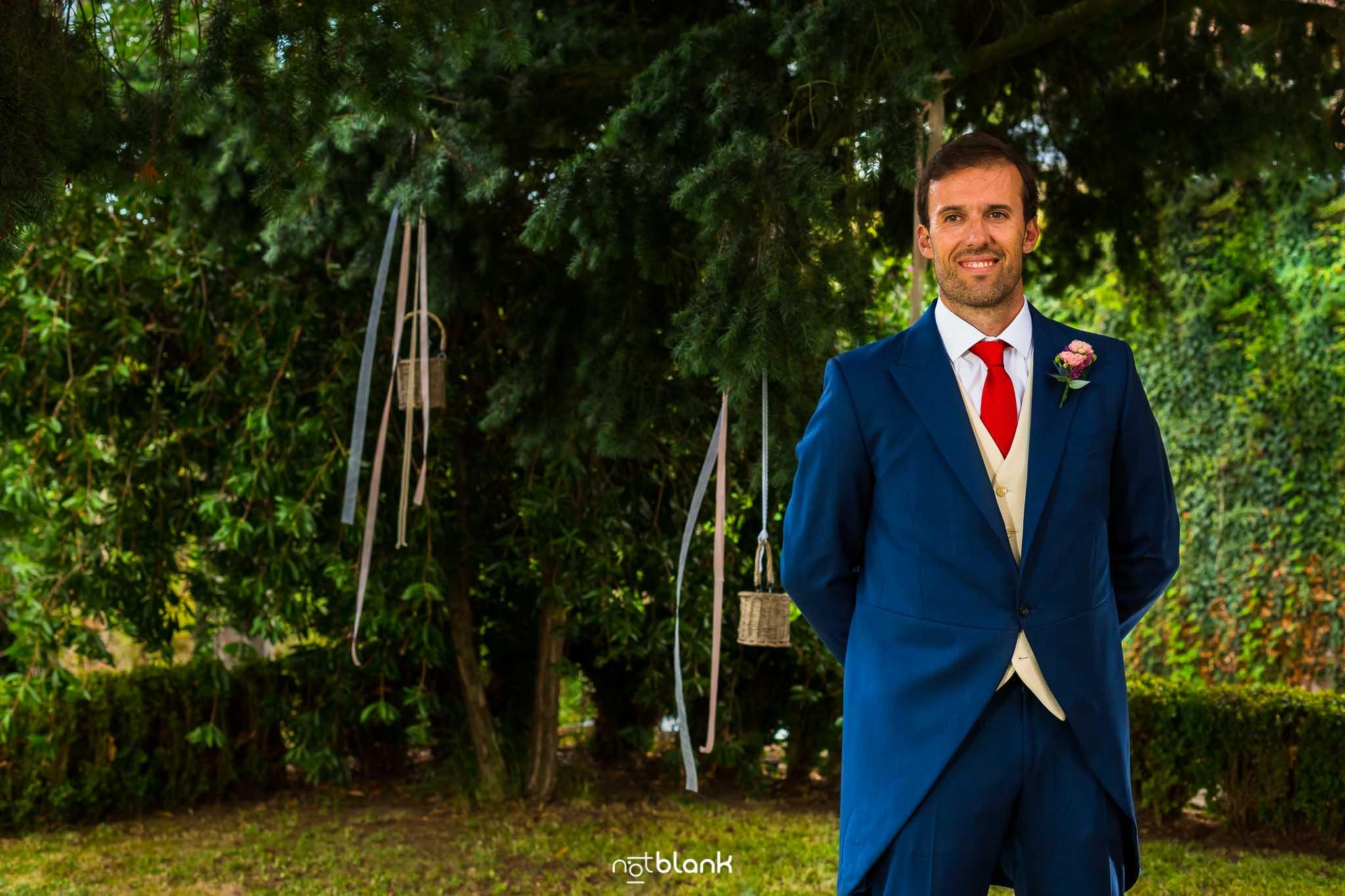 Boda En El Jardin De Casa Jana y Fran - El novio espera a la novia en el altar de la ceremonia civil - Notblank Fotografos de boda