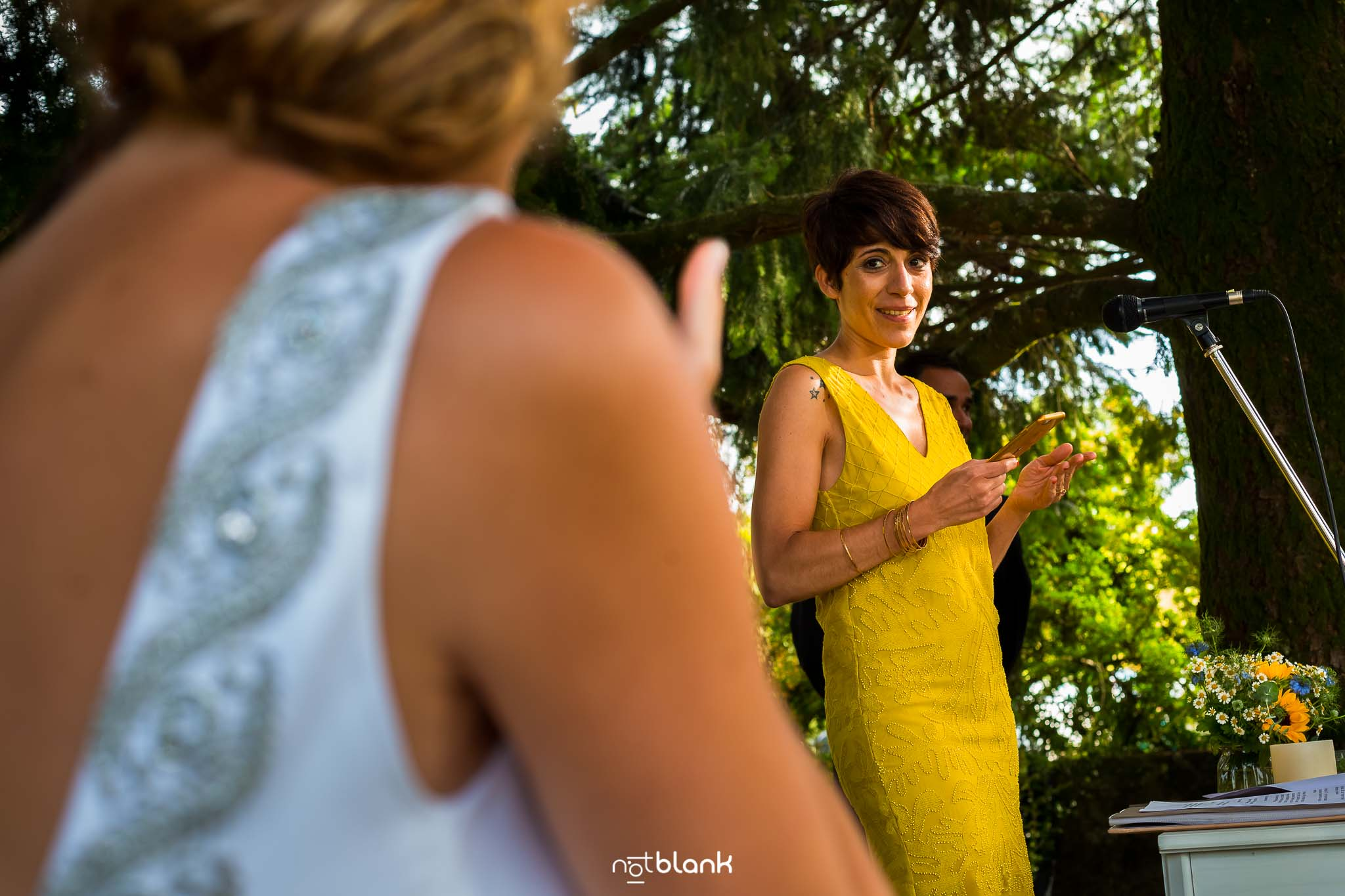 Boda En El Jardin De Casa Jana y Fran - Una amiga de la novia mira a esta durante su speech - Notblank Fotografos de boda