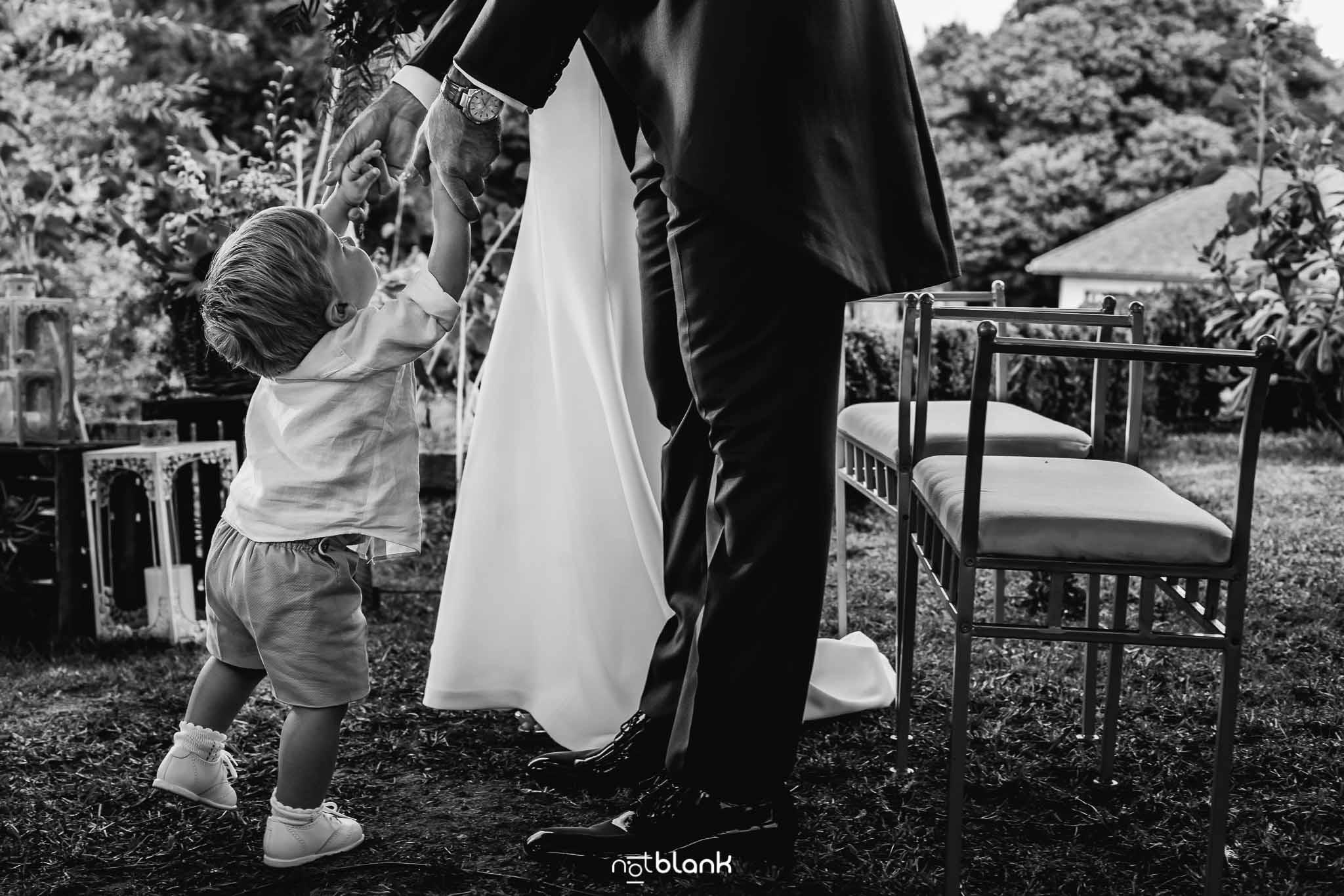 Boda En El Jardin De Casa Jana y Fran - El hijo pequeño de los novios se acerca a ellos durante la ceremonia civil - Notblank Fotografos de boda