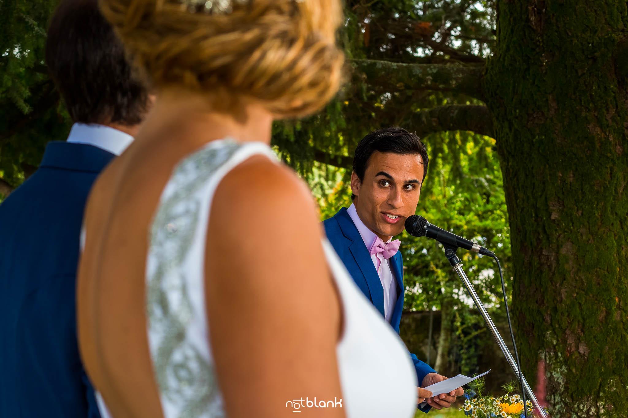 Boda En El Jardin De Casa Jana y Fran - El hermano pequeño del novio dedica unas palabras durante la ceremonia civil a los novios - Notblank Fotografos de boda