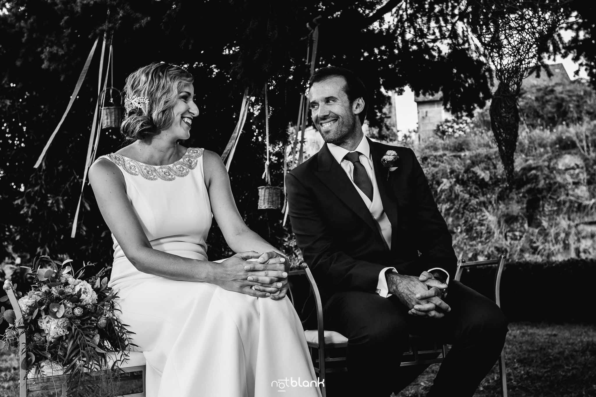 Boda En El Jardin De Casa Jana y Fran - Los novios se miran sonriendo durante la ceremonia civil - Notblank Fotografos de boda