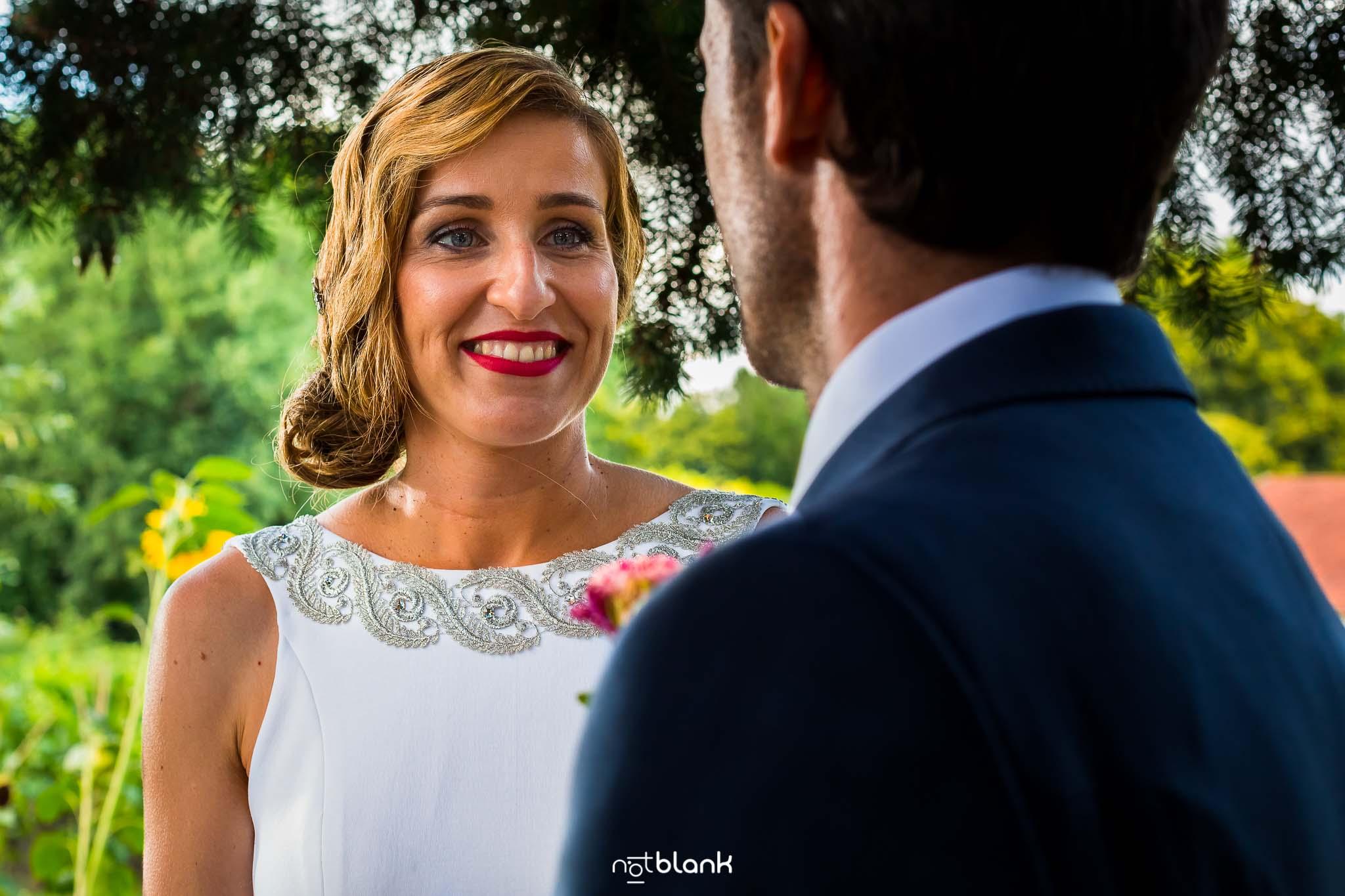 Boda En El Jardin De Casa Jana y Fran - La novia mira sonriendo al novio durante la ceremonia civil - Notblank Fotografos de boda