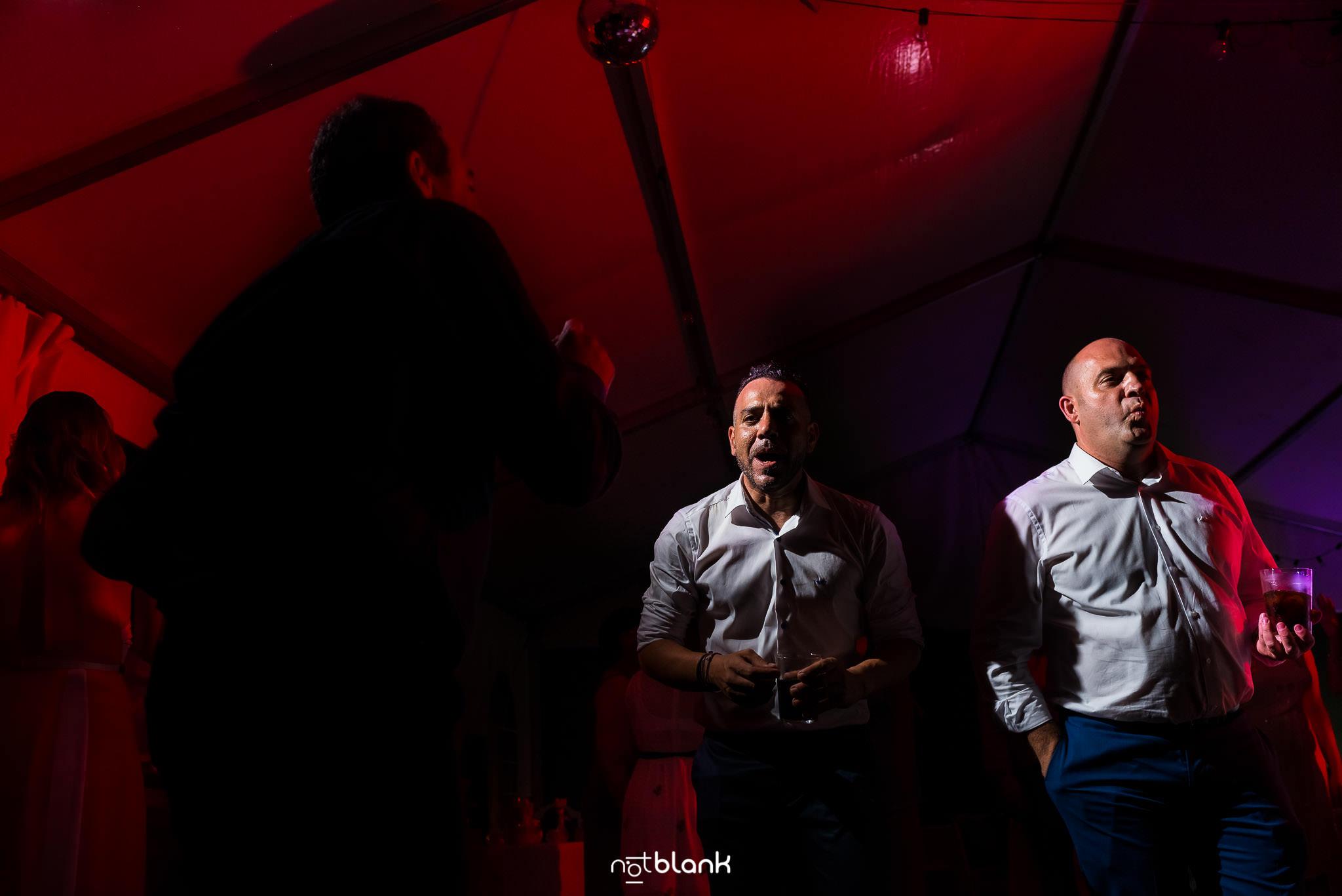 Boda En El Jardin De Casa Jana y Fran - Los invitados disfrutan de la fiesta bailando a tope al ritmo de la musica - Notblank Fotografos de boda