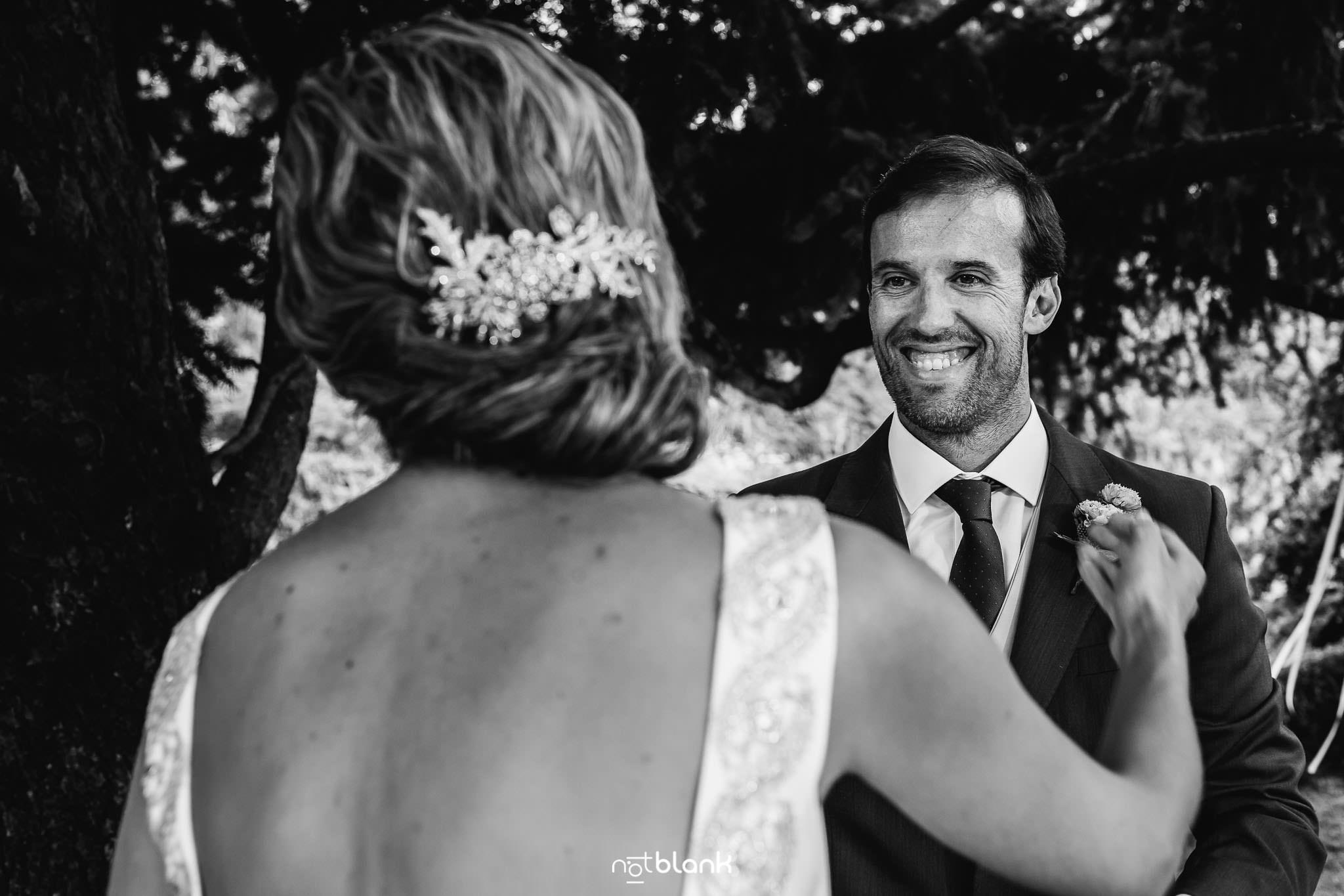 Boda En El Jardin De Casa Jana y Fran - El novio sonrie mientras la novia esta a punto de abrazarlo durante la ceremonia civil - Notblank Fotografos de boda