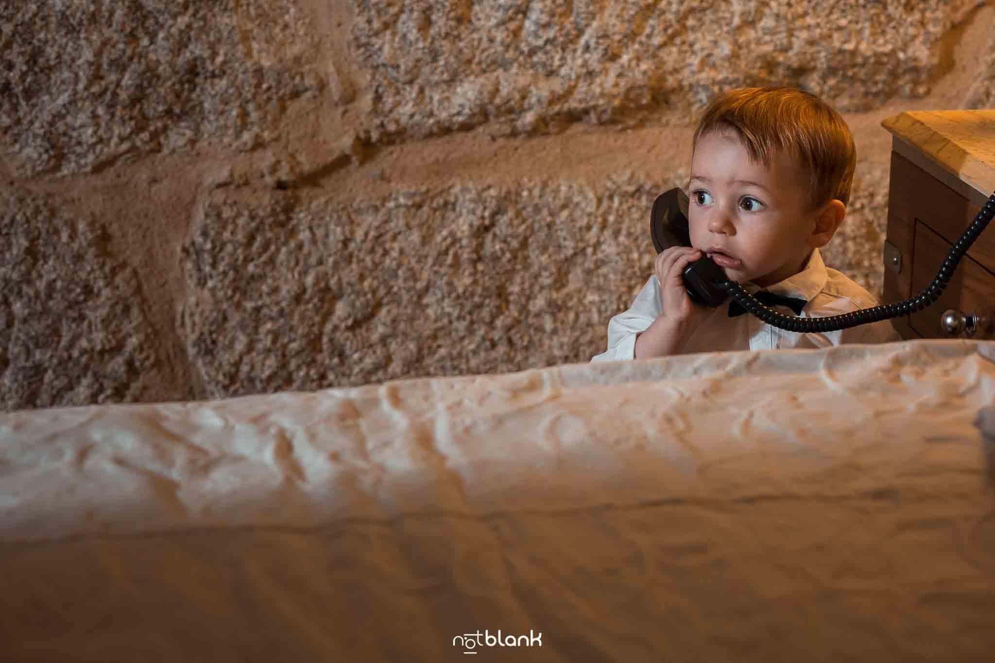 Bebe hablando por teléfono en el Monasterio de San Clodio