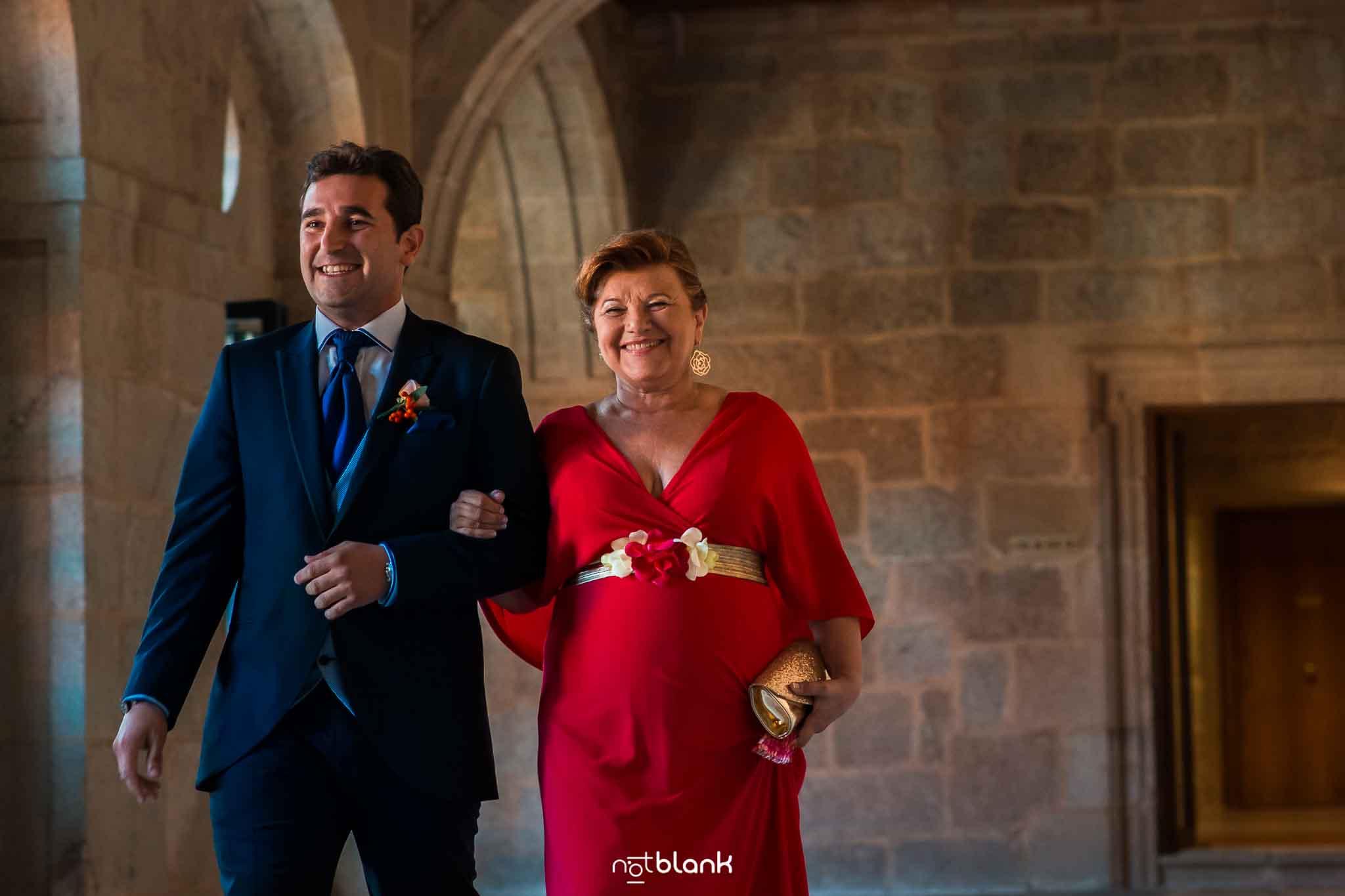 Novio llegando a la ceremonia con su madrina del brazo