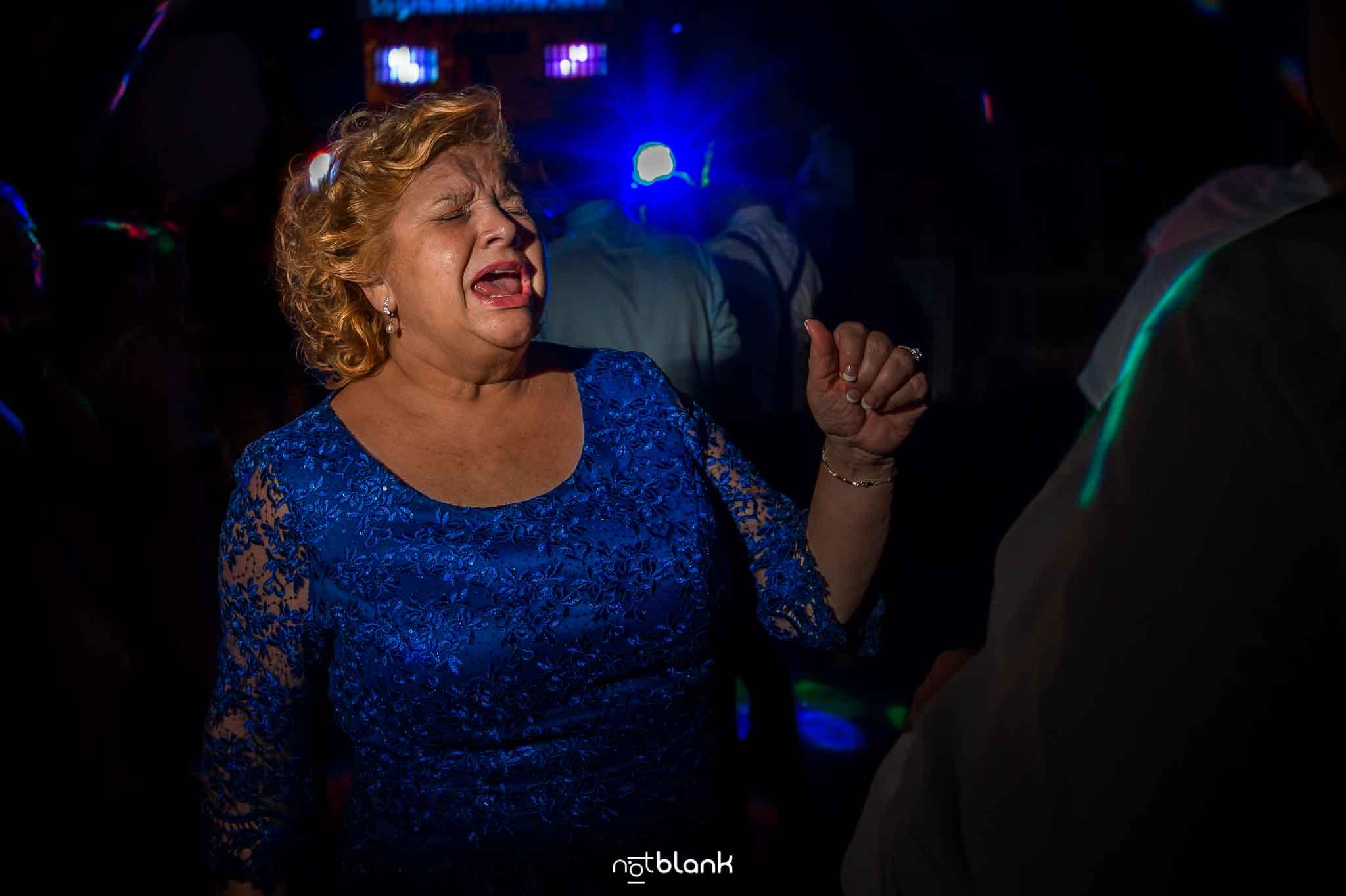 La madre de la novia se divierte en la fiesta