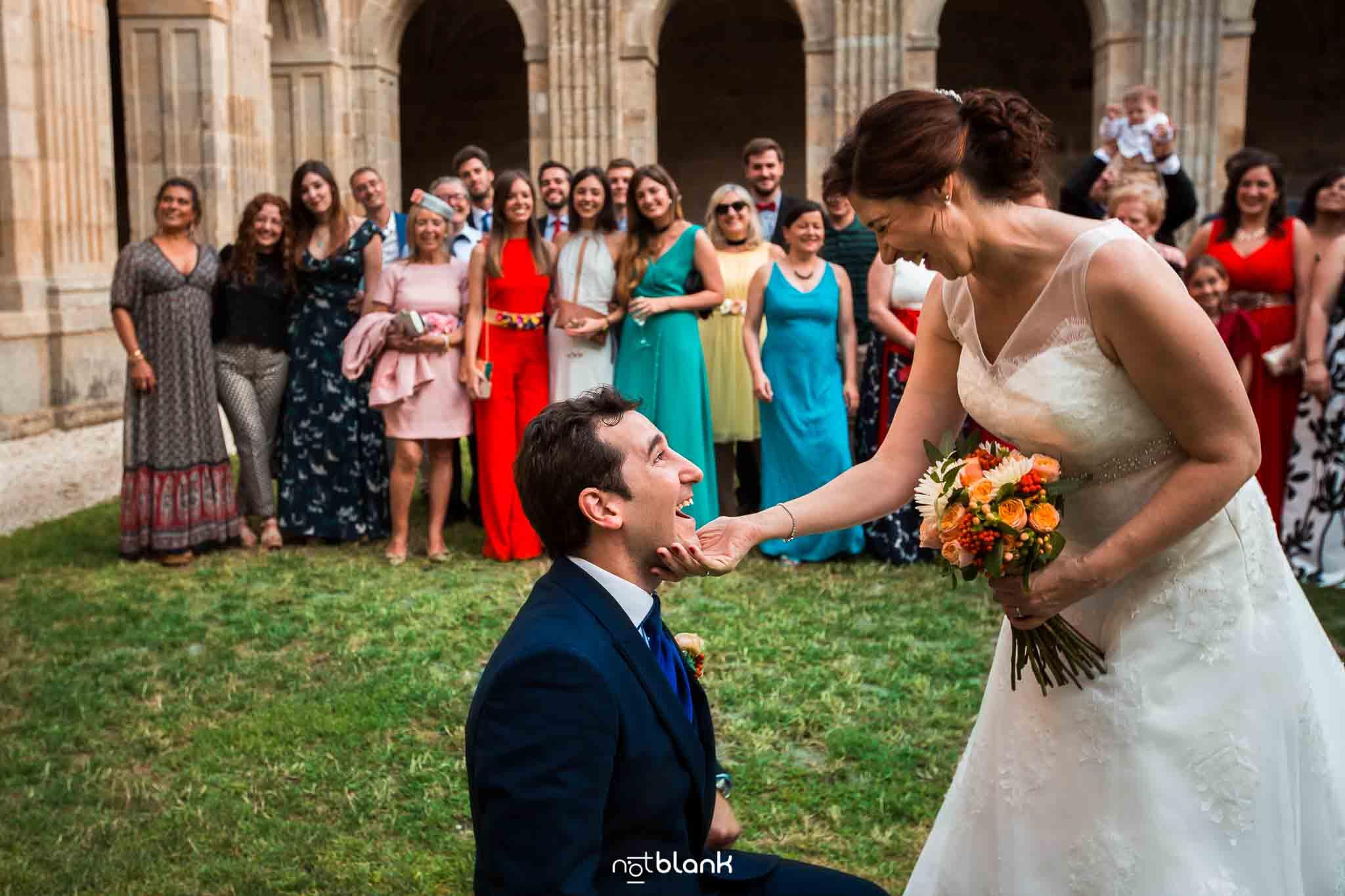 Novio de rodillas frente a la novia