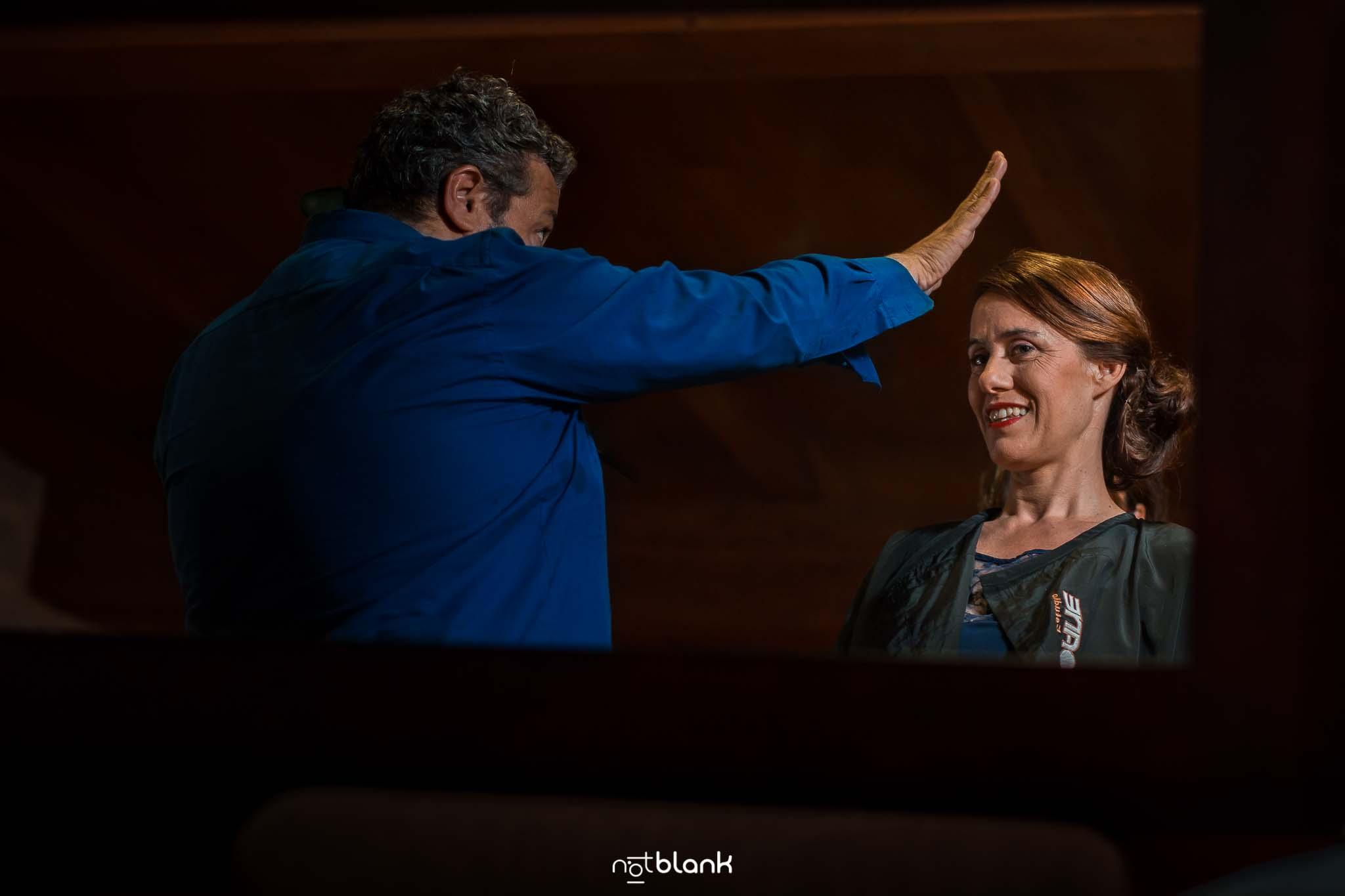Peluquero repasa el peinado de una invitada