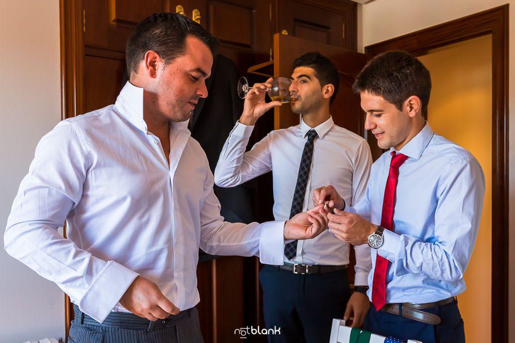 Preparativos del novio antes de su boda