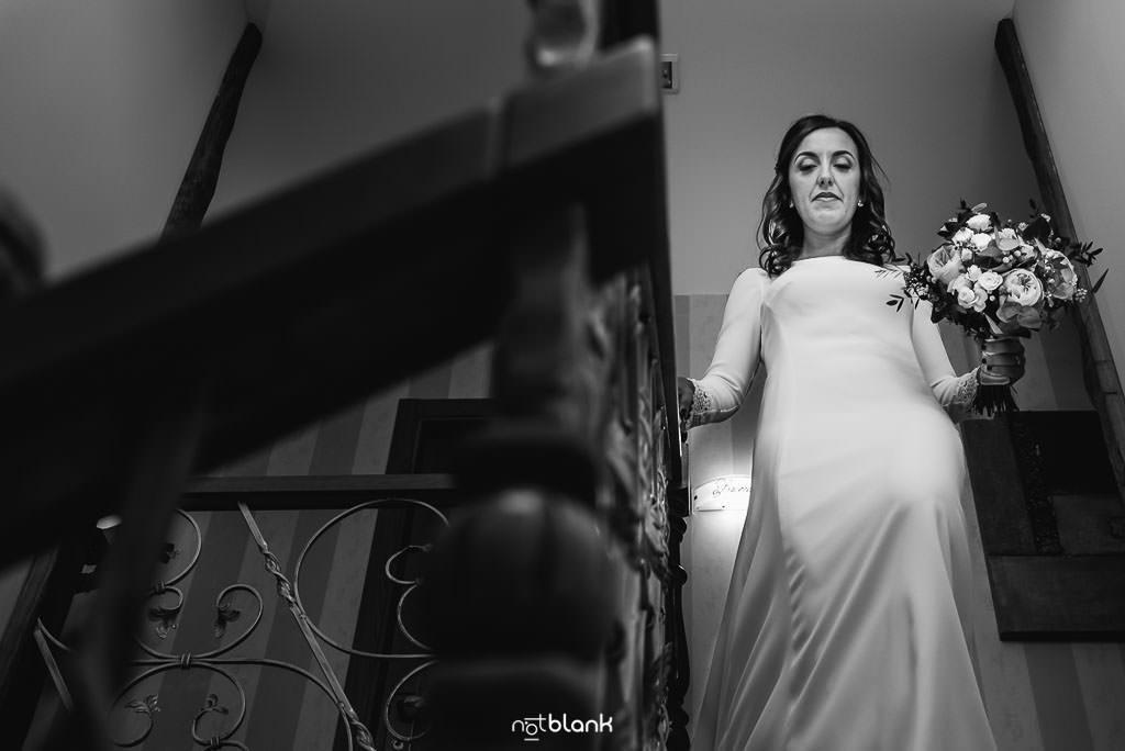 La novia baja las escaleras antes de su boda