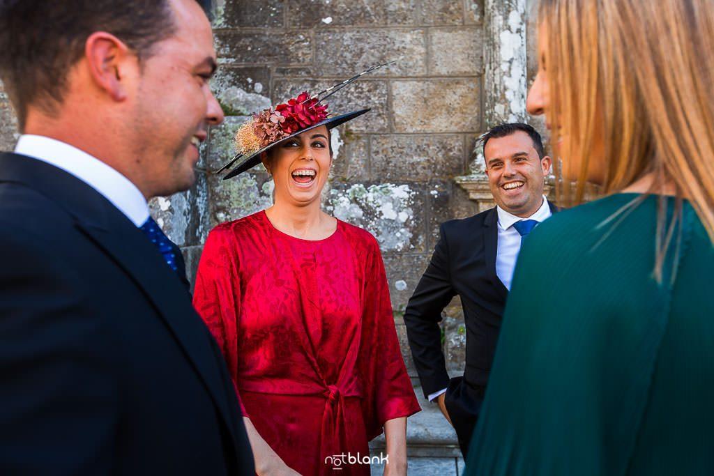 Los invitados saludan al novio a su llegada a la iglesia